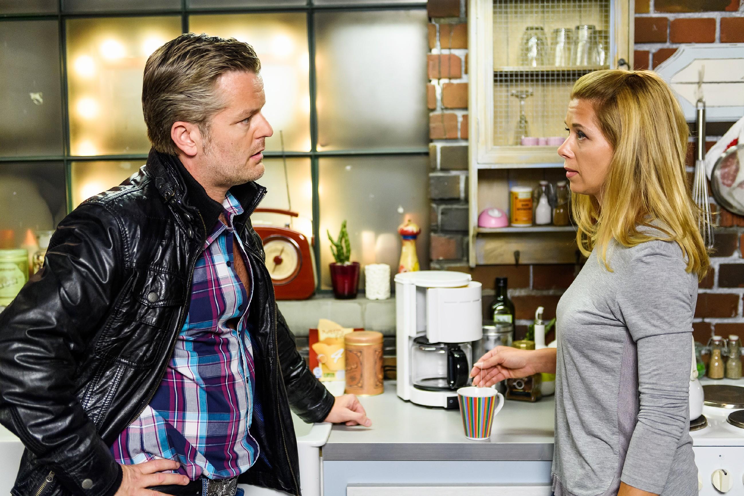 Ingo (André Dietz) ist fassungslos, als er durch Diana (Tanja Szewczenko) von Maries Sex-Video erfährt. (Quelle: RTL / Willi Weber)