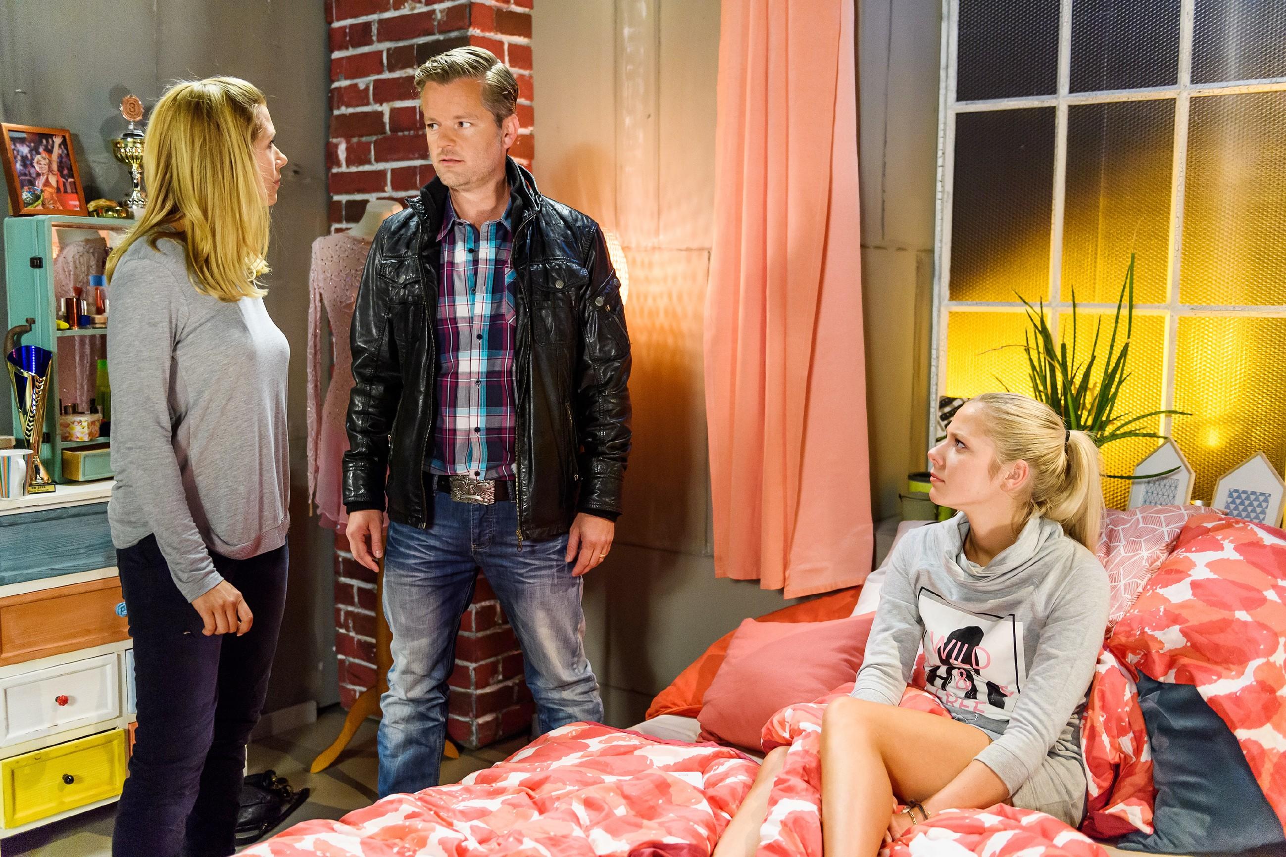 Diana (Tanja Szewczenko, l.) erzählt Ingo (André Dietz) und Marie (Cheyenne Pahde) von ihrem erfolglosen Gespräch mit Jenny. (Quelle: RTL / Willi Weber)