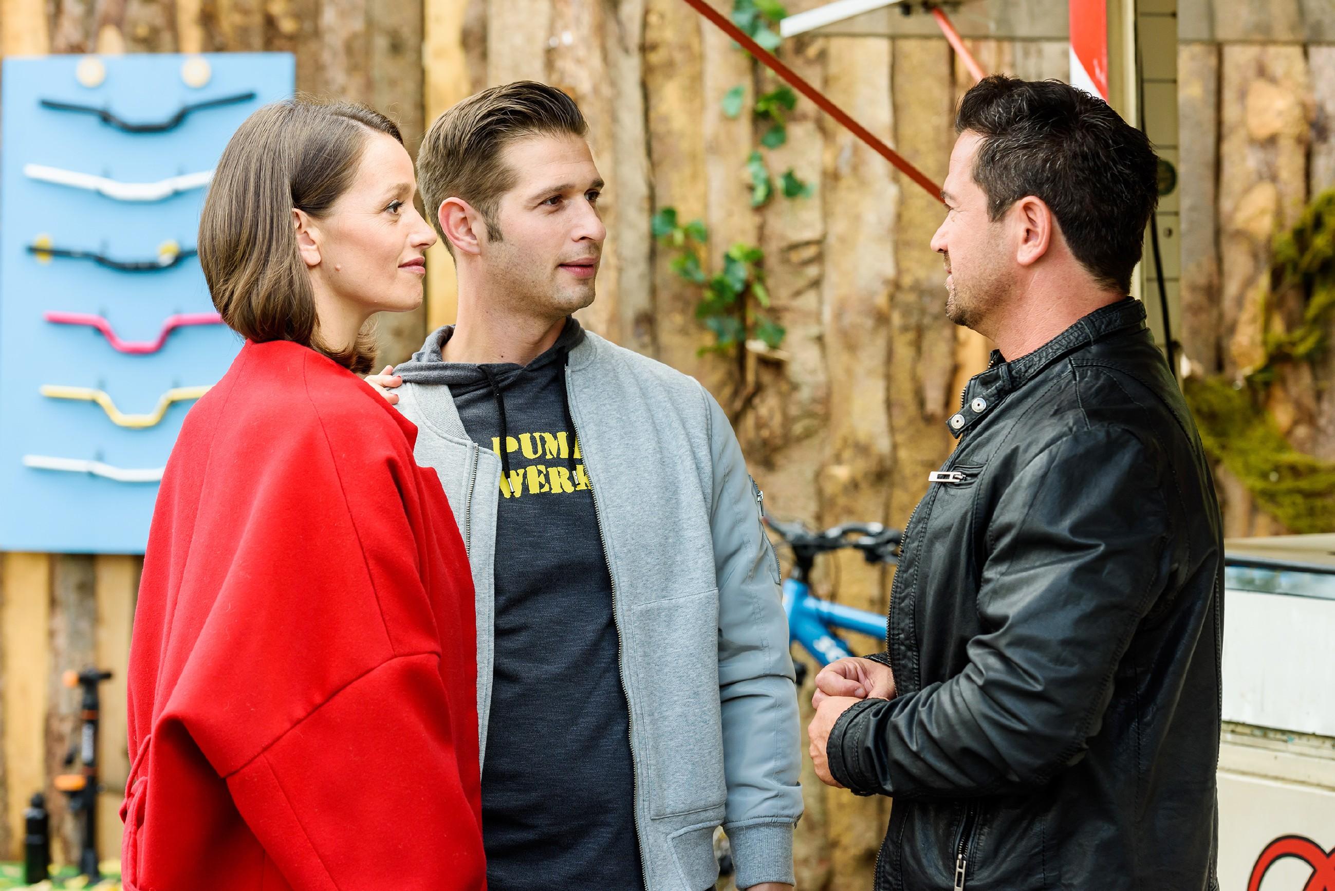 Jenny (Kaja Schmidt-Tychsen) und Deniz (Igor Dolgatschew, M.) erzählen Marian (Sam Eisenstein), dass Jenny Teilhaberin im Pumpwerk wird. (Quelle: RTL / Willi Weber)