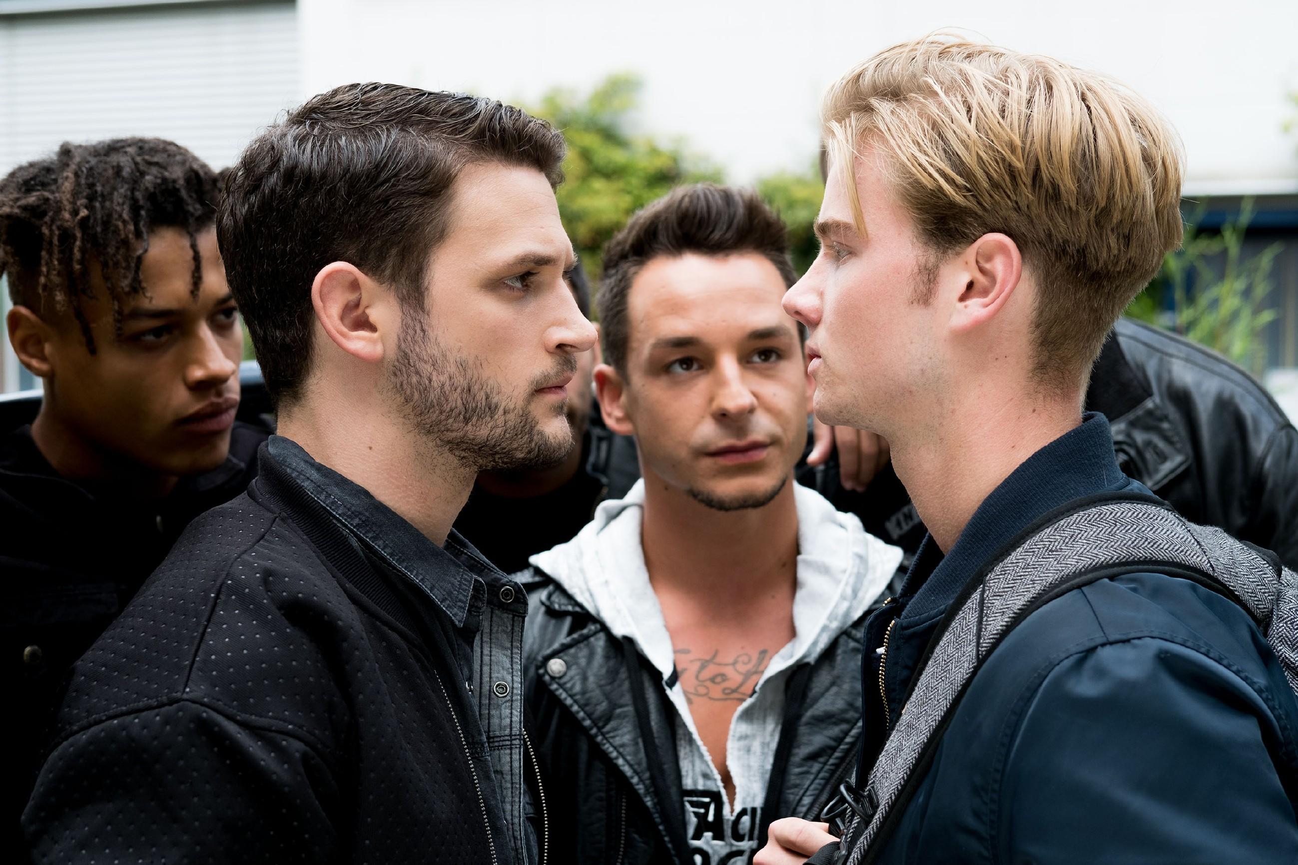 Valentin (Aaron Koszuta, r.) gerät unter Druck, als Mario (Arne Rudolf, 2.v.l.) und Marcel (Florian Krause, 2.v.r.) Malte einen Denkzettel verpassen wollen. (Quelle: RTL / Stefan Behrens)
