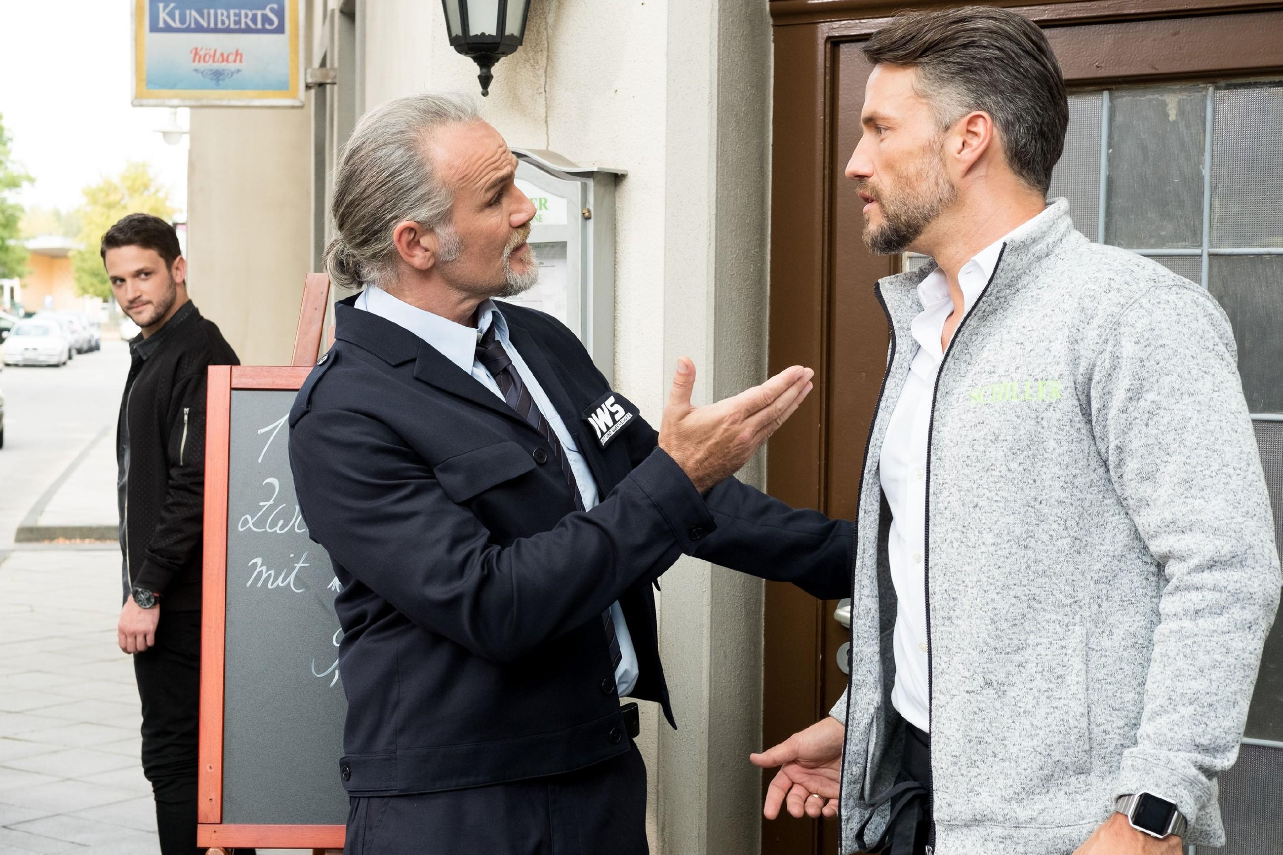 Um eine Eskalation zu vermeiden, hält Robert (Luca Maric, M.) Malte (Stefan Bockelmann) zurück, als dieser Mario (Arne Rudolf, l.) nachsetzen will. (Quelle: RTL / Stefan Behrens)