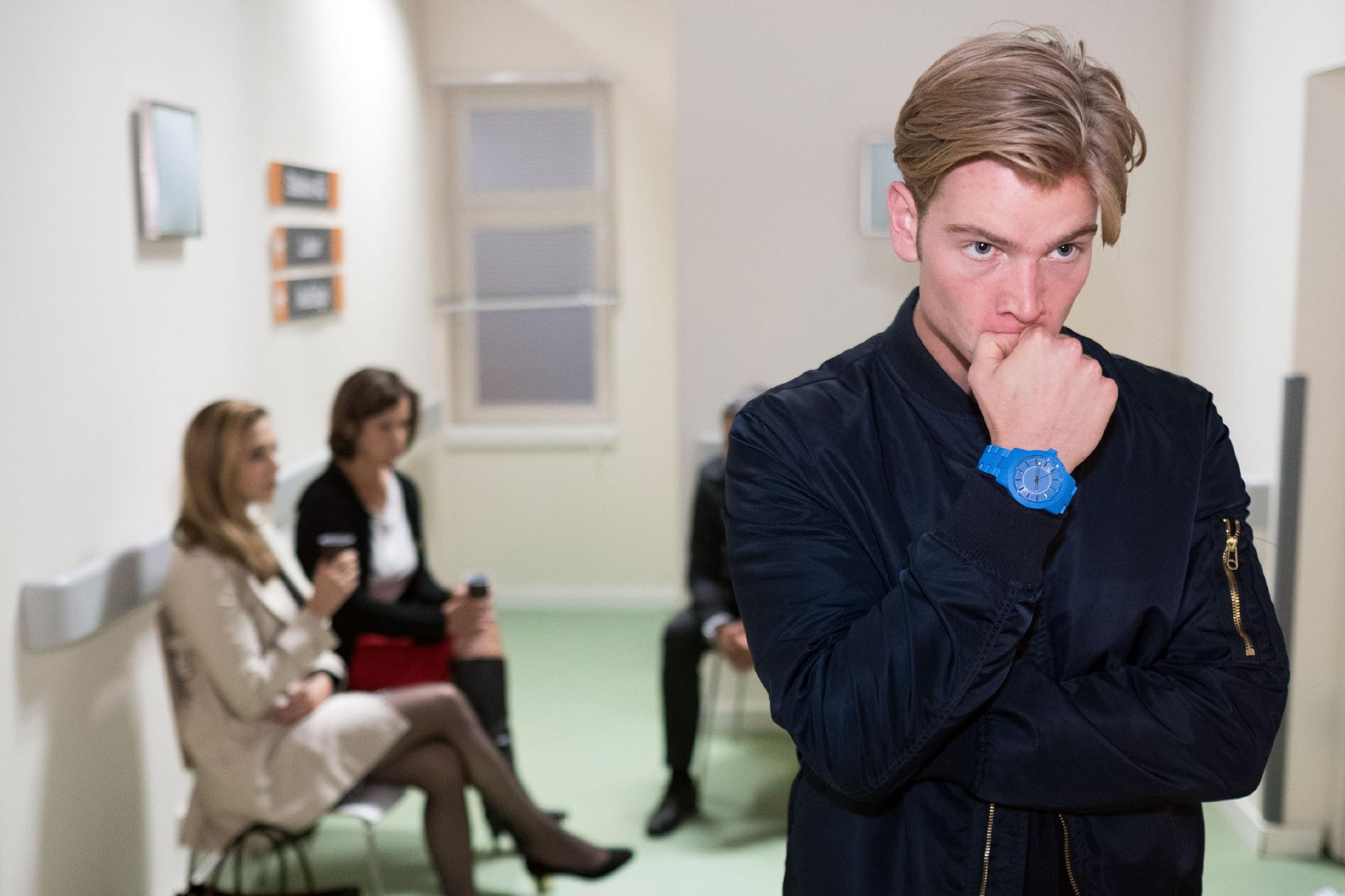 Während (hinten v.l.: ) Andrea (Kristin Meyer), Irene (Petra Blossey) und Benedikt um Robert bangen, wird Valentin (Aaron Koszuta) von Schuldgefühlen überwältigt. (Quelle: RTL / Stefan Behrens)