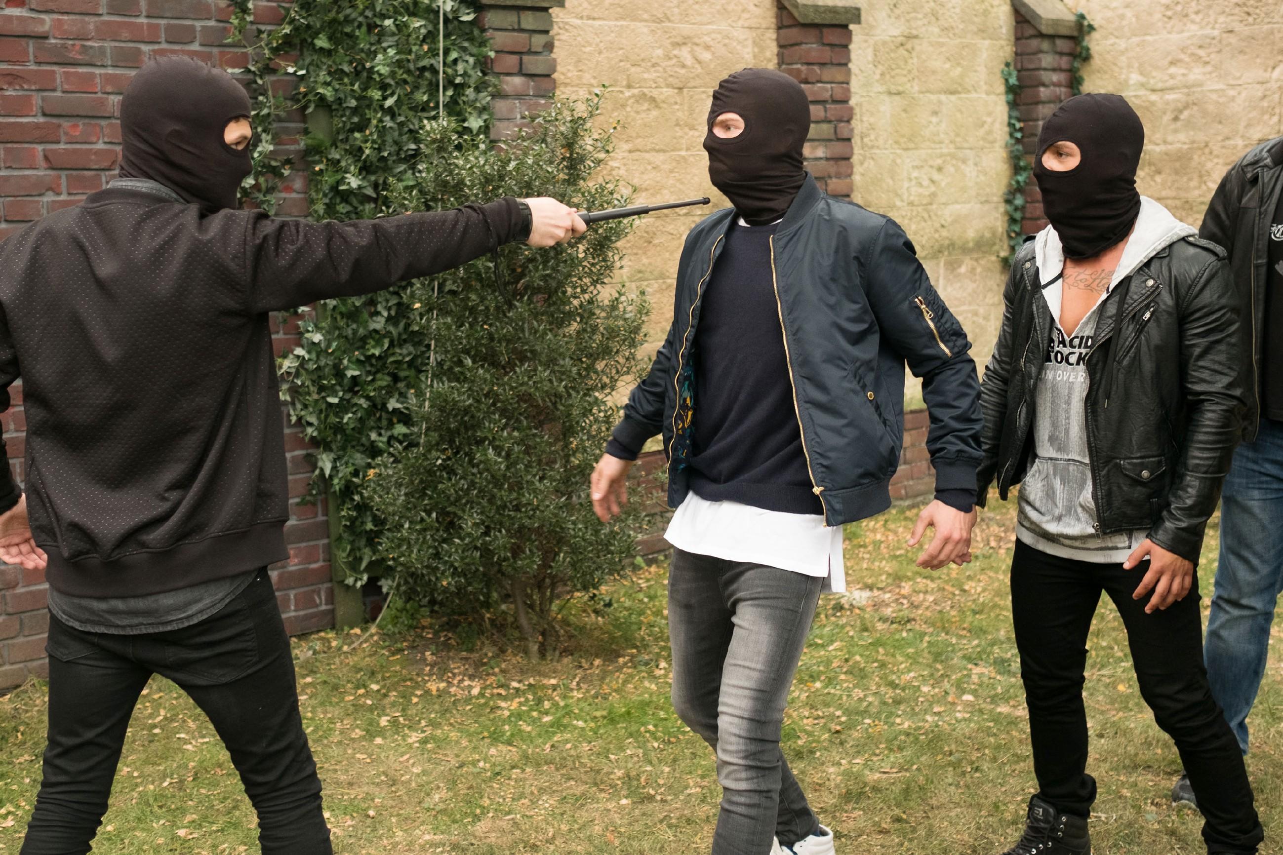 Valentin (Aaron Koszuta, M.) ist geschockt, dass Mario (Arne Rudolf, l.) seinen Opa niedergeschlagen hat, doch Gangmitglied Marcel (Florian Krause) drängt zur Flucht. (Quelle: RTL / Stefan Behrens)