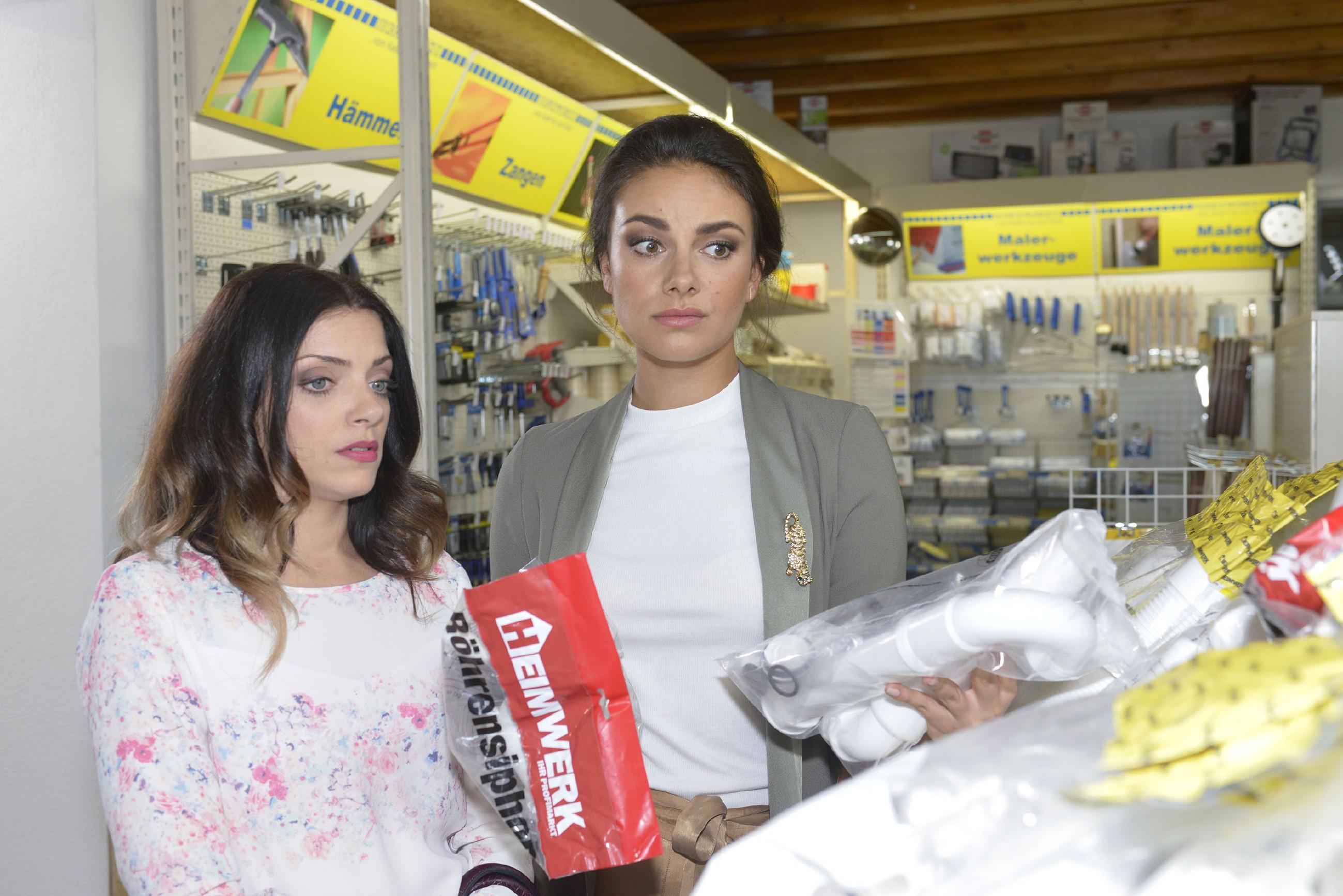 Emily (Anne Menden, l.) und Jasmin (Janina Uhse) sind von ihren handwerklichen Fähigkeiten nicht besonders überzeugt... (Quelle: RTL / Rolf Baumgartner)