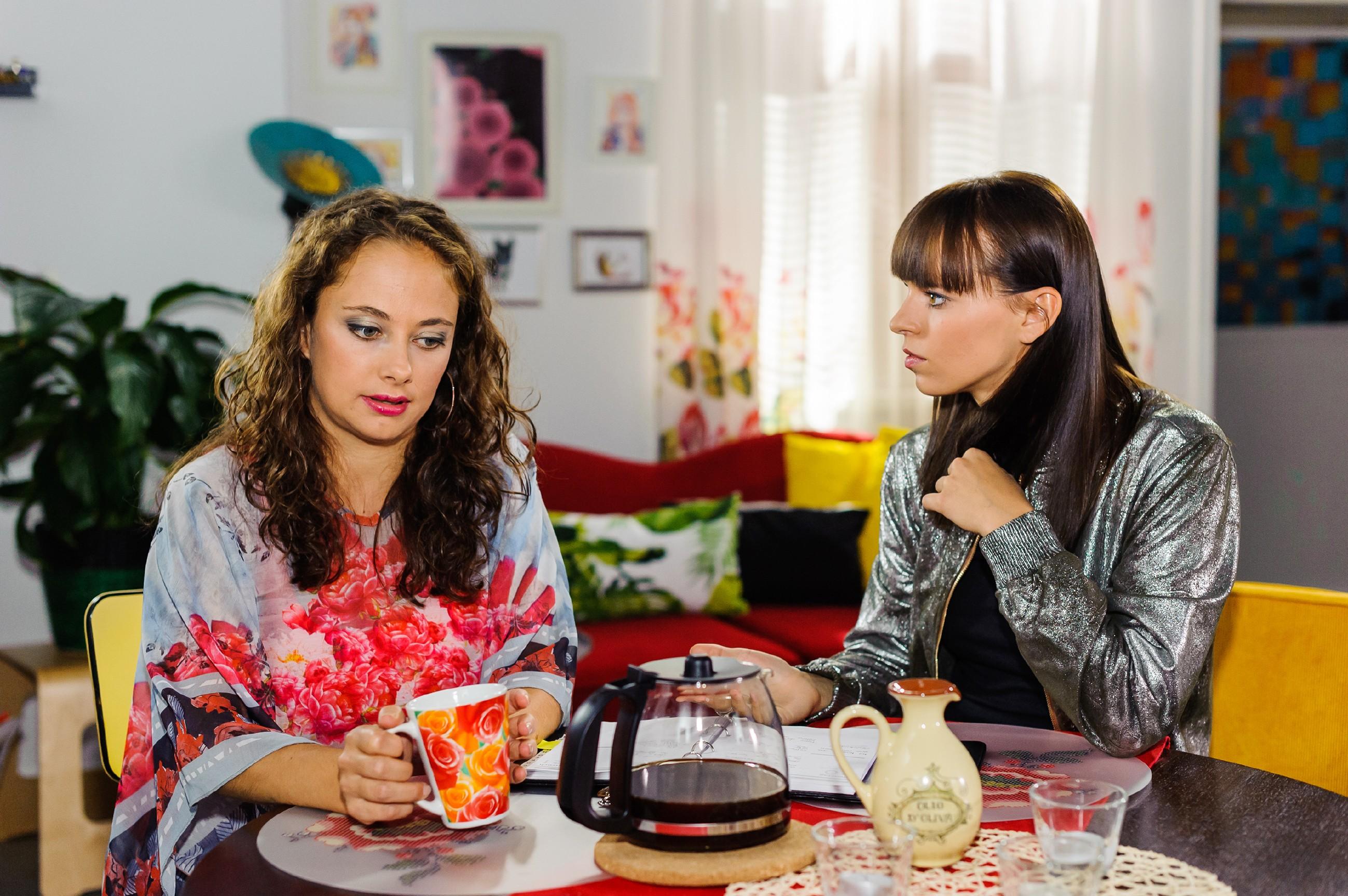 Carmen (Heike Warmuth, l.) erkennt, dass Michelle (Franziska Benz, r.) einfach nicht glauben will, dass Vincent ein falsches Spiel mit ihr treibt. (Quelle: RTL / Julia Feldhagen)