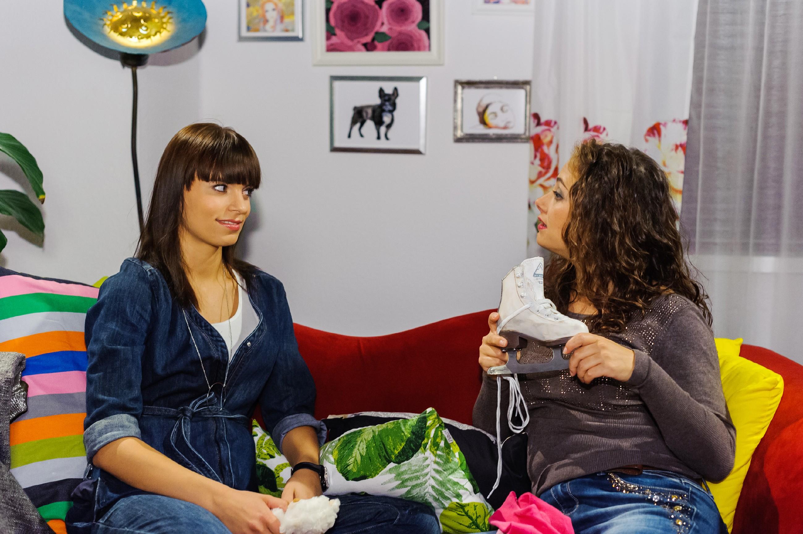 Michelle (Franziska Benz, l.) und Carmen (Heike Warmuth) haben ihren Streit wegen Vincent beigelegt und genießen die wiedergewonnene Nähe. (Quelle: RTL / Julia Feldhagen)