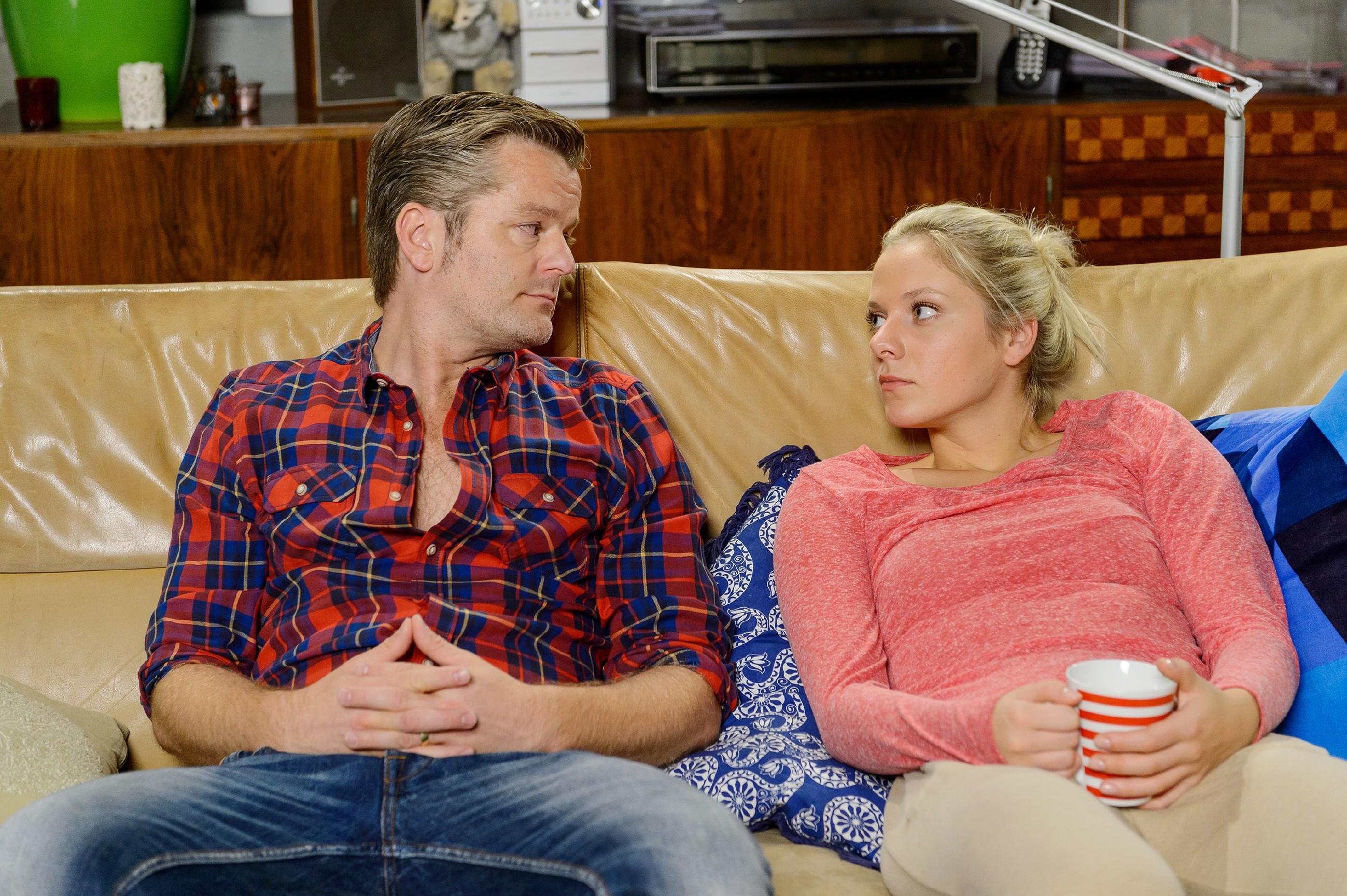 Ingo (André Dietz) verspricht Marie (Cheyenne Pahde), gemeinsam mit Diana Jennys Erpressung auszubremsen. Er ahnt dabei nicht, dass Diana bereits die Stadt verlassen hat... (Quelle: RTL / Willi Weber)