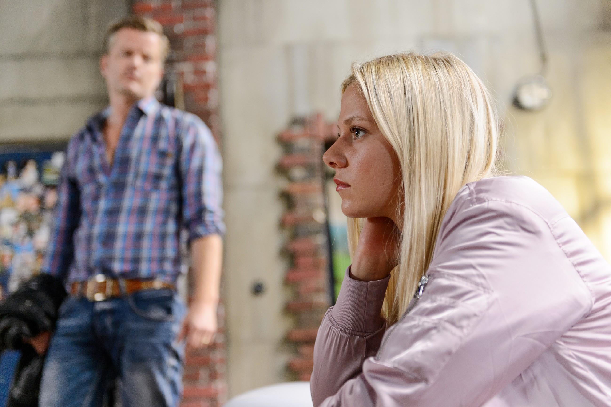 Ingo (André Dietz) und Marie (Cheyenne Pahde) müssen verkraften, dass Diana sie vor vollendete Tatsachen gestellt und Essen verlassen hat. (Quelle: RTL / Willi Weber)