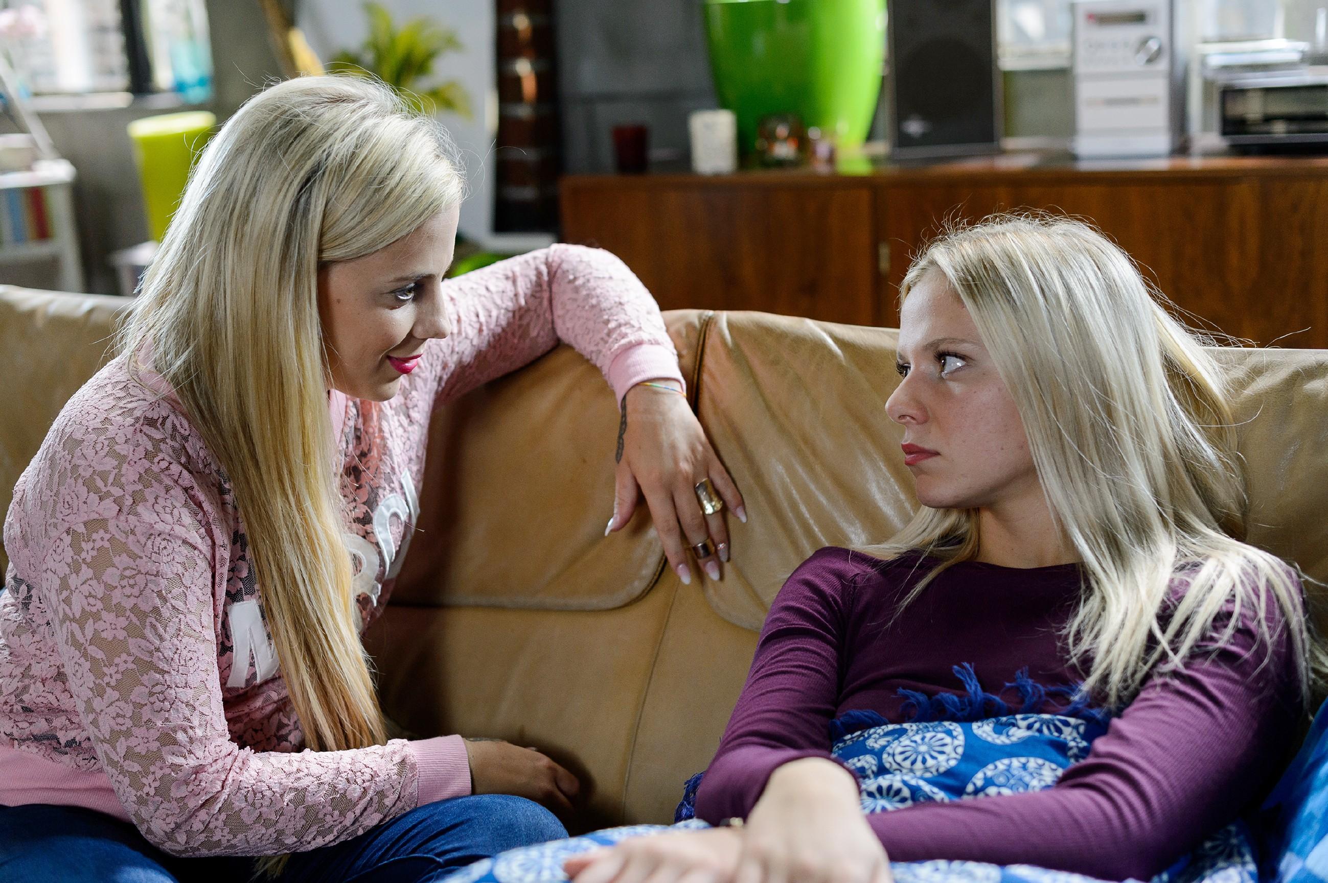 Iva (Christina Klein, l.) ist entschlossen, Marie (Cheyenne Pahde) aus ihrer düsteren Stimmung zu reißen. (Quelle: RTL / Willi Weber)