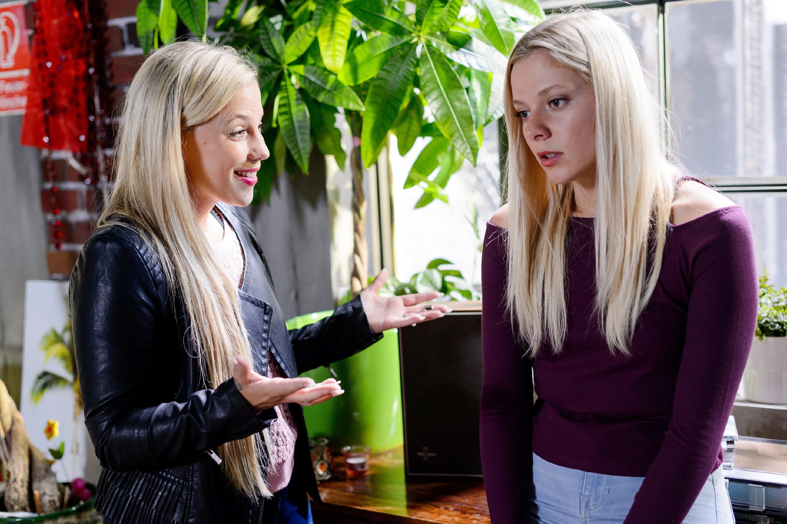 Als Iva (Christina Klein, l.) von ihrem Festival zurückkommt, findet sie eine niedergeschlagene Marie (Cheyenne Pahde) vor, die ihr berichtet, dass ihr aufregendes Sex-Video-Abenteuer katastrophal ausging. (Quelle: RTL / Willi Weber)