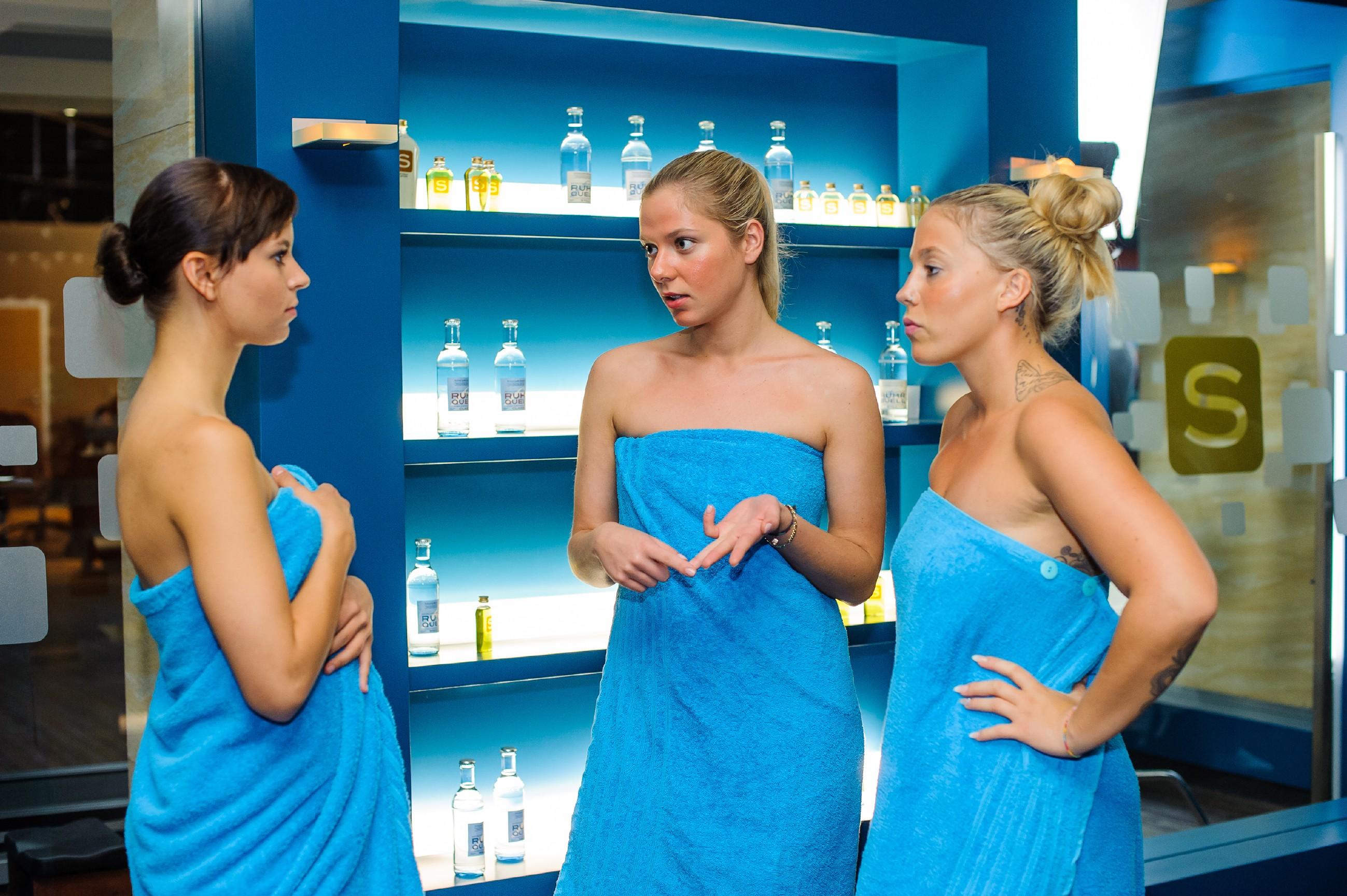 Marie (Cheyenne Pahde, M.) ringt sich auf Ivas (Christina Klein, r.) Anraten hin durch, Michelles (Franziska Benz) Vorschlag anzunehmen. (Quelle: RTL / Julia Feldhagen)