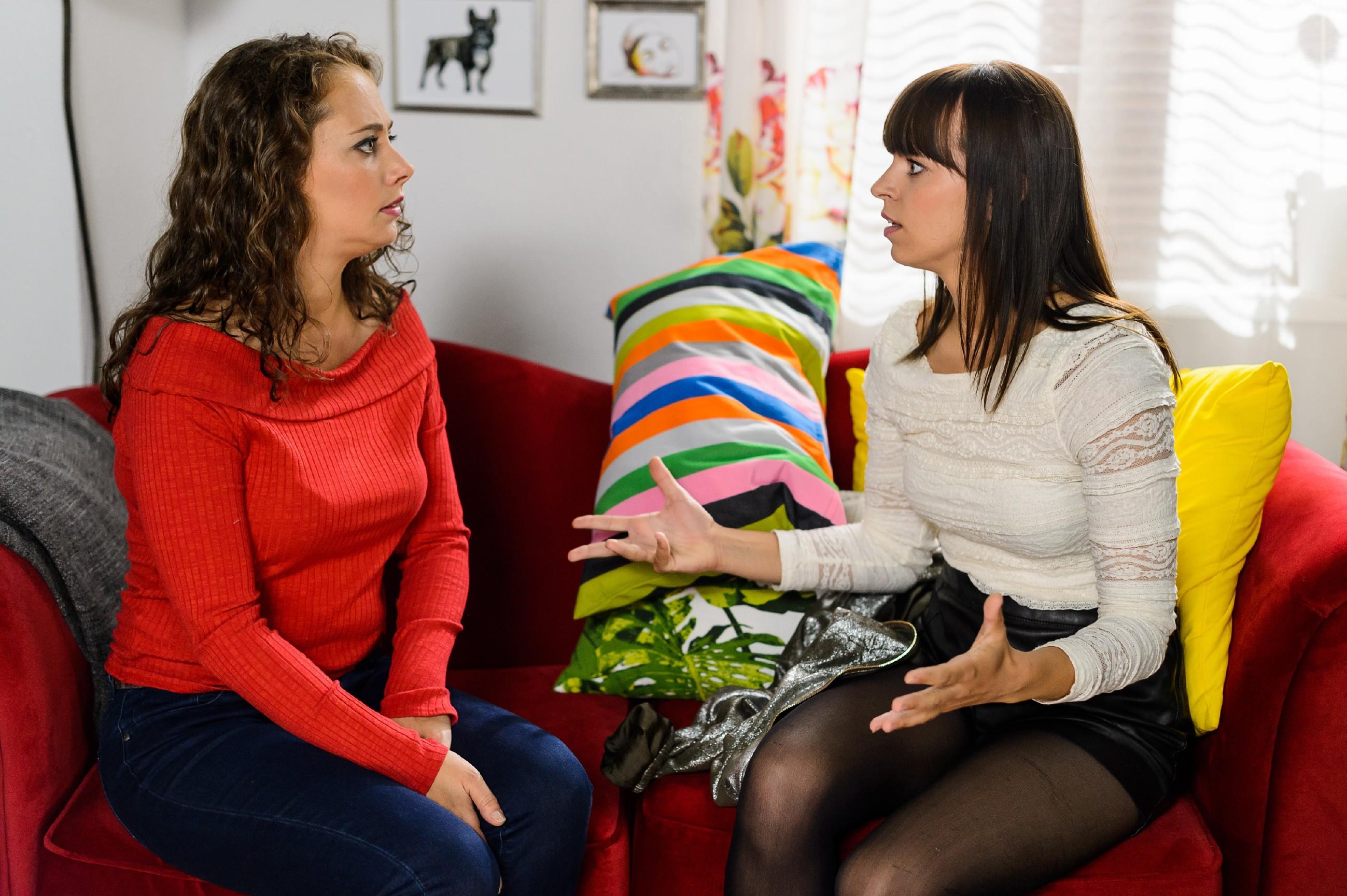Michelle (Franziska Benz, r.) wird im Gespräch mit ihrer Mutter Carmen (Heike Warmuth) betroffen klar, dass sie mit Vincent über das Testergebniss reden muss. (Quelle: RTL / Willi Weber)