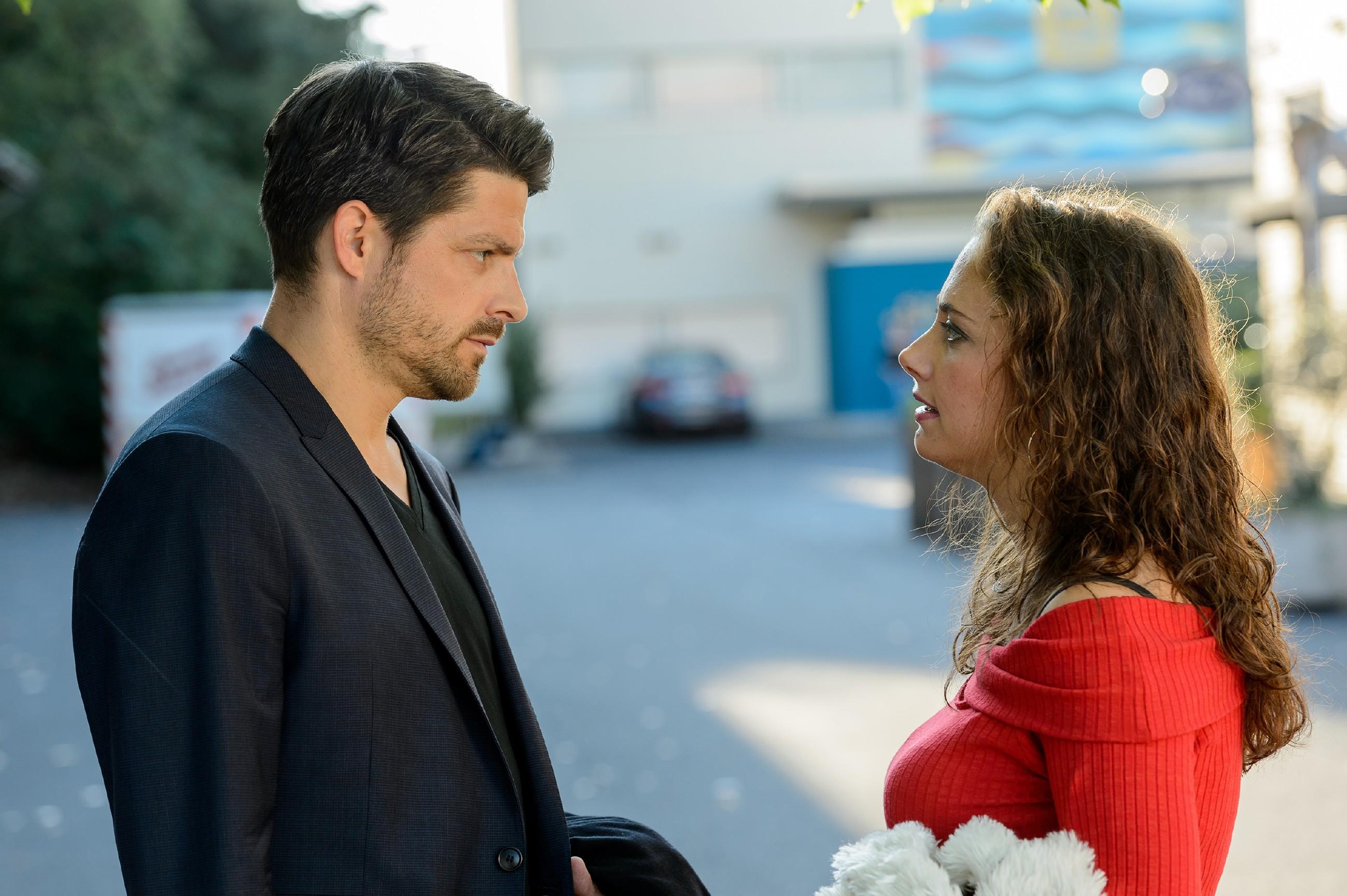 Vincent (Daniel Buder) und Carmen (Heike Warmuth) sprechen über das Testergebnis. (Quelle: RTL / Willi Weber)