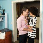 Micki (Joy Lee Abiola-Müller) will auf keinen Fall ihre Beziehung zu Sam (Tobias Schönenberg) gefährden und schwört sich darauf ein, dass Sam der Richtige für sie ist. (Quelle: RTL / Stefan Behrens)