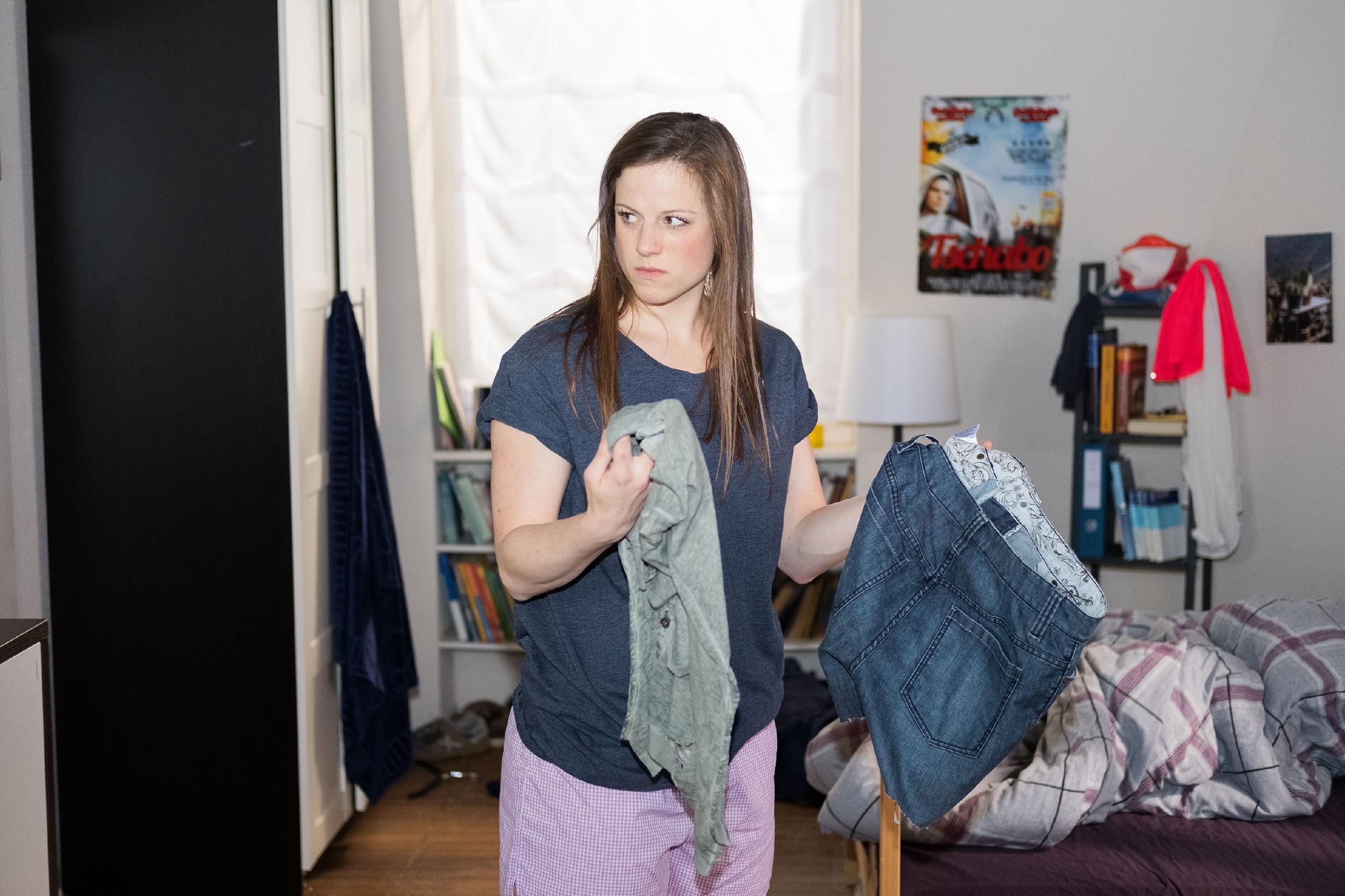 Elli (Nora Koppen) erkennt wütend, dass KayC sich für Ellis Indiskretion revanchiert hat. (Quelle: RTL / Stefan Behrens)