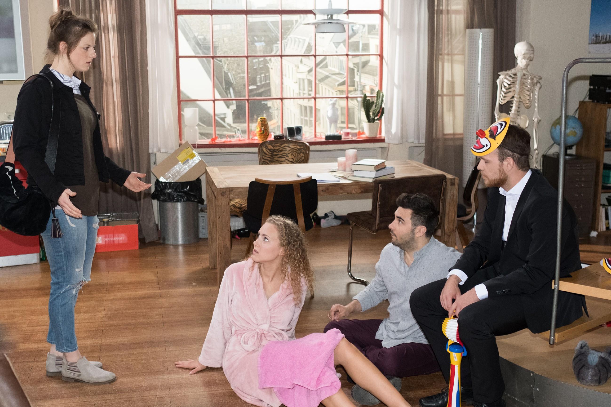 Nach dem Clownsüberfall ist KayC (Pauline Angert, 2.v.l.) stinksauer auf Elli (Nora Koppen), die KayCs peinlichste Angst ausgeplaudert und sie damit vor Easy (Lars Steinhöfel, 2.v.r.) und Tobias (Patrick Müller) lächerlich gemacht hat. (Quelle: RTL / Stefan Behrens)