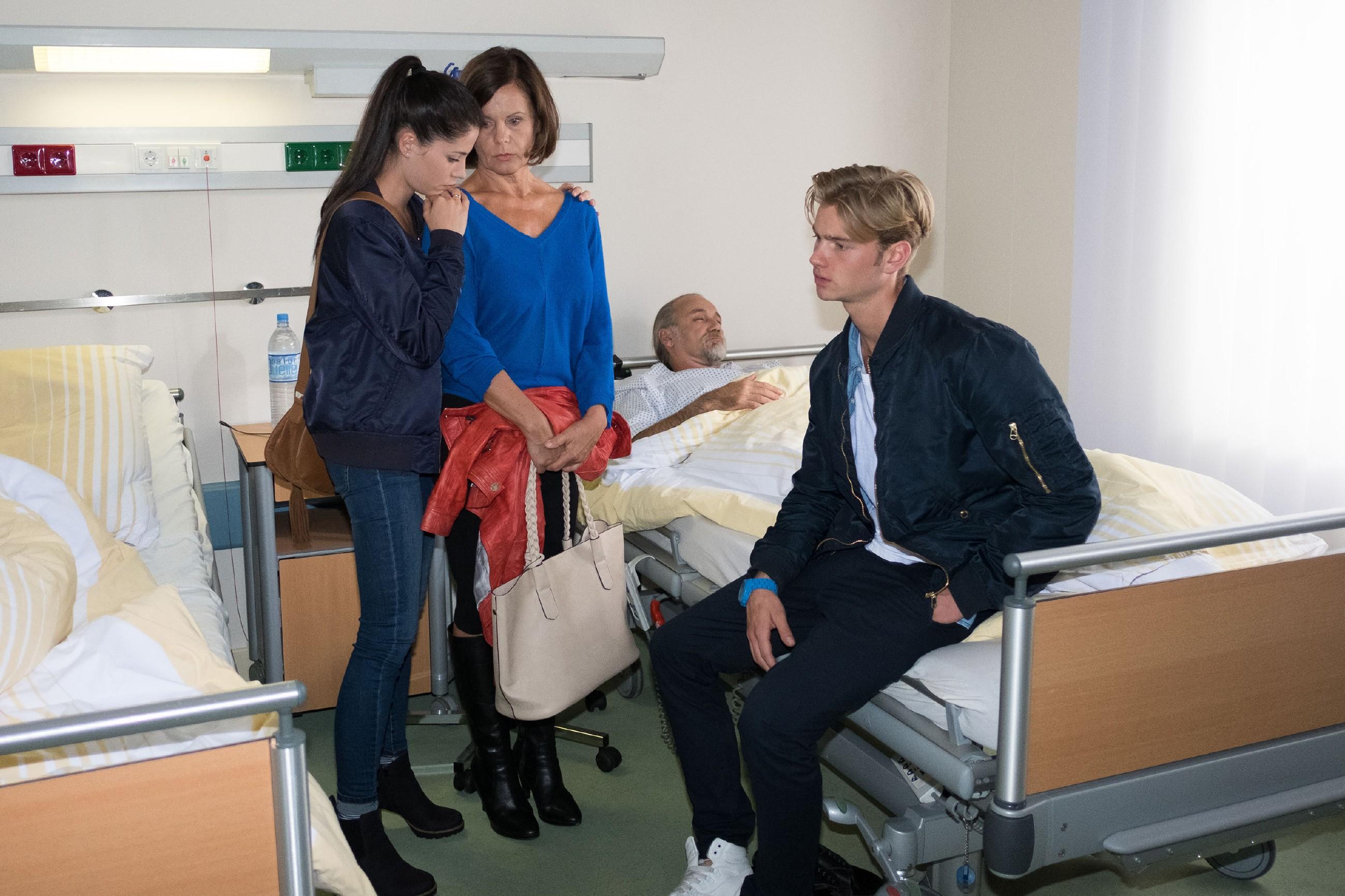 Während Sina (Valea Katharina Scalabrino, l.) sich um Irene (Petra Blossey) kümmert, die wegen Roberts (Luca Maric) anstehender Operation besorgt ist, wird Valentin (Aaron Koszuta, r.) weiterhin von Schuldgefühlen geplagt. (Quelle: RTL / Stefan Behrens)