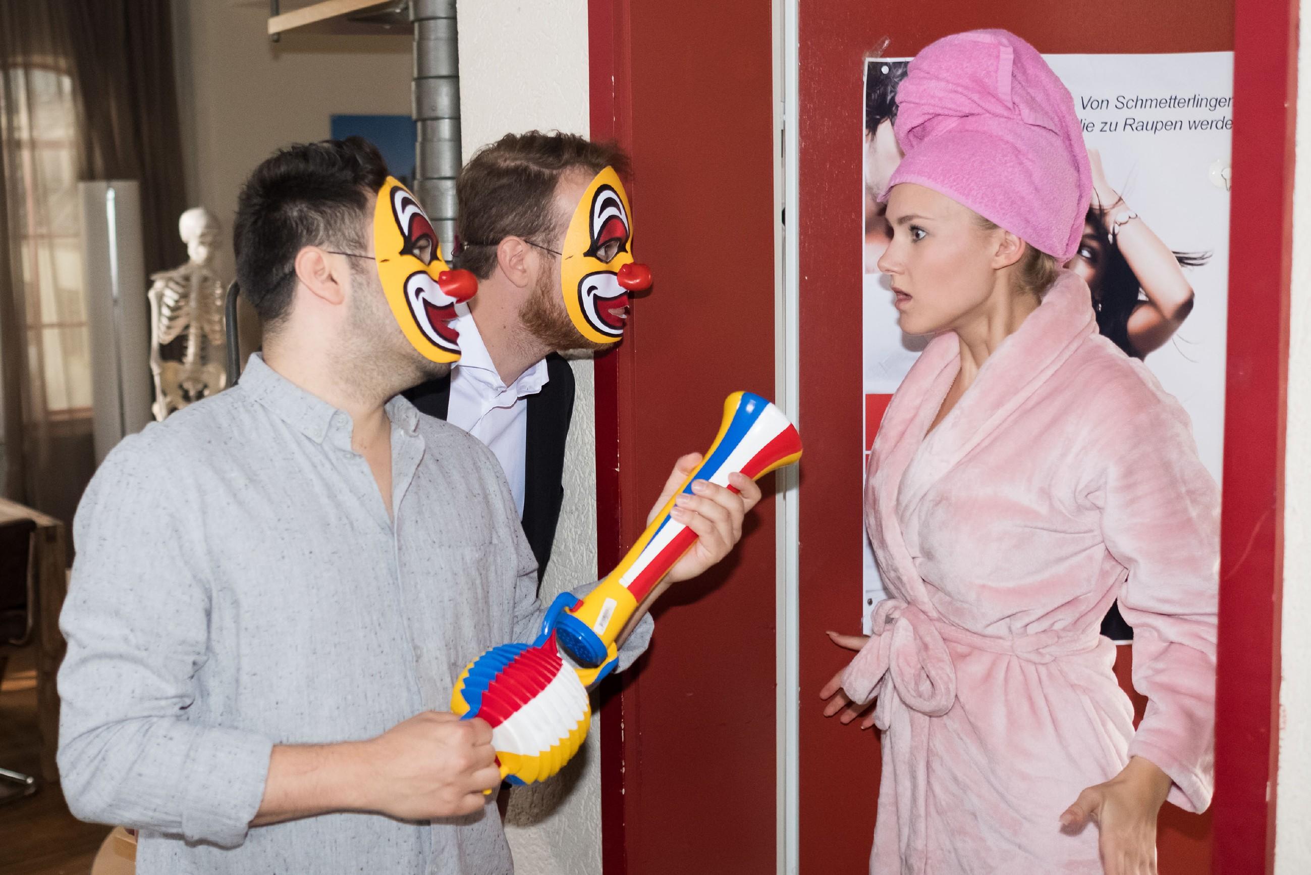 KayC (Pauline Angert) steht plötzlich ihrem ganz persönlichen Alptraum in Gestalt des maskierten Easy (Lars Steinhöfel, l.) und Tobias (Patrick Müller) gegenüber... (Quelle: RTL / Stefan Behrens)
