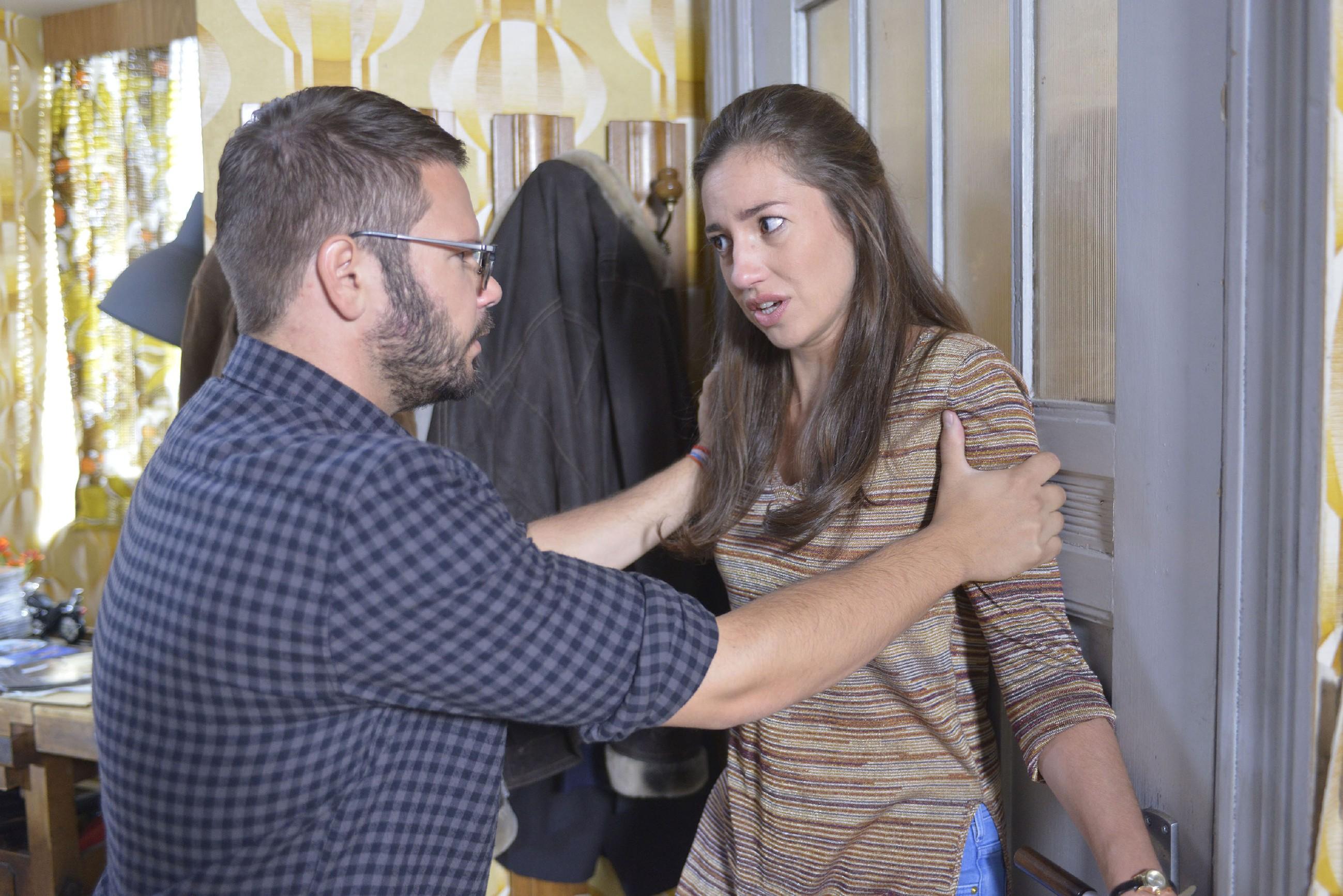 Tuner (Thomas Drechsel) ist enttäuscht und sauer, dass Elena (Elena Garcia Gerlach) ihn mit dem Vereinsheim unter Druck setzt... (Quelle: RTL / Rolf Baumgartner)