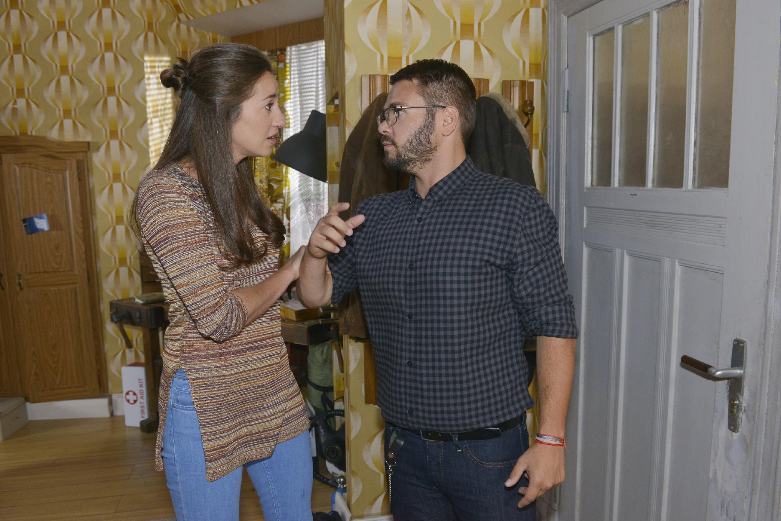 Als Tuner (Thomas Drechsel) darauf beharrt, dass Elena (Elena Garcia Gerlach) Philip endlich ihre Mittäterschaft beichtet, kommt es zum Streit zwischen den beiden und Elena greift zu einem letzten, verzweifelten Mittel... (Quelle: RTL / Rolf Baumgartner)