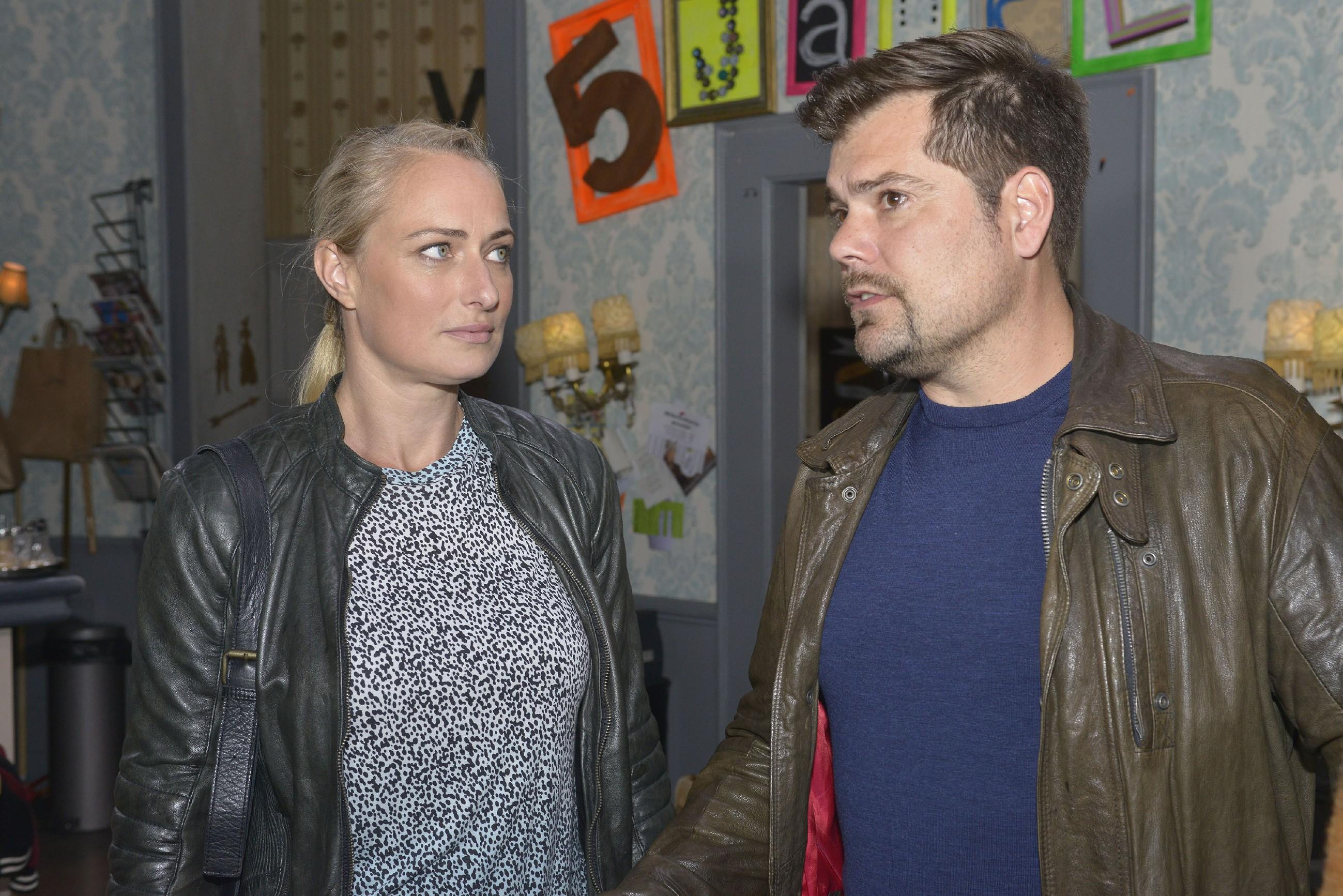 Leon (Daniel Fehlow) bedauert in Gegenwart von Maren (Eva Mona Rodekirchen), dass er mit Sophie keinen gemeinsamen Weg findet. (Quelle: RTL / Rolf Baumgartner)