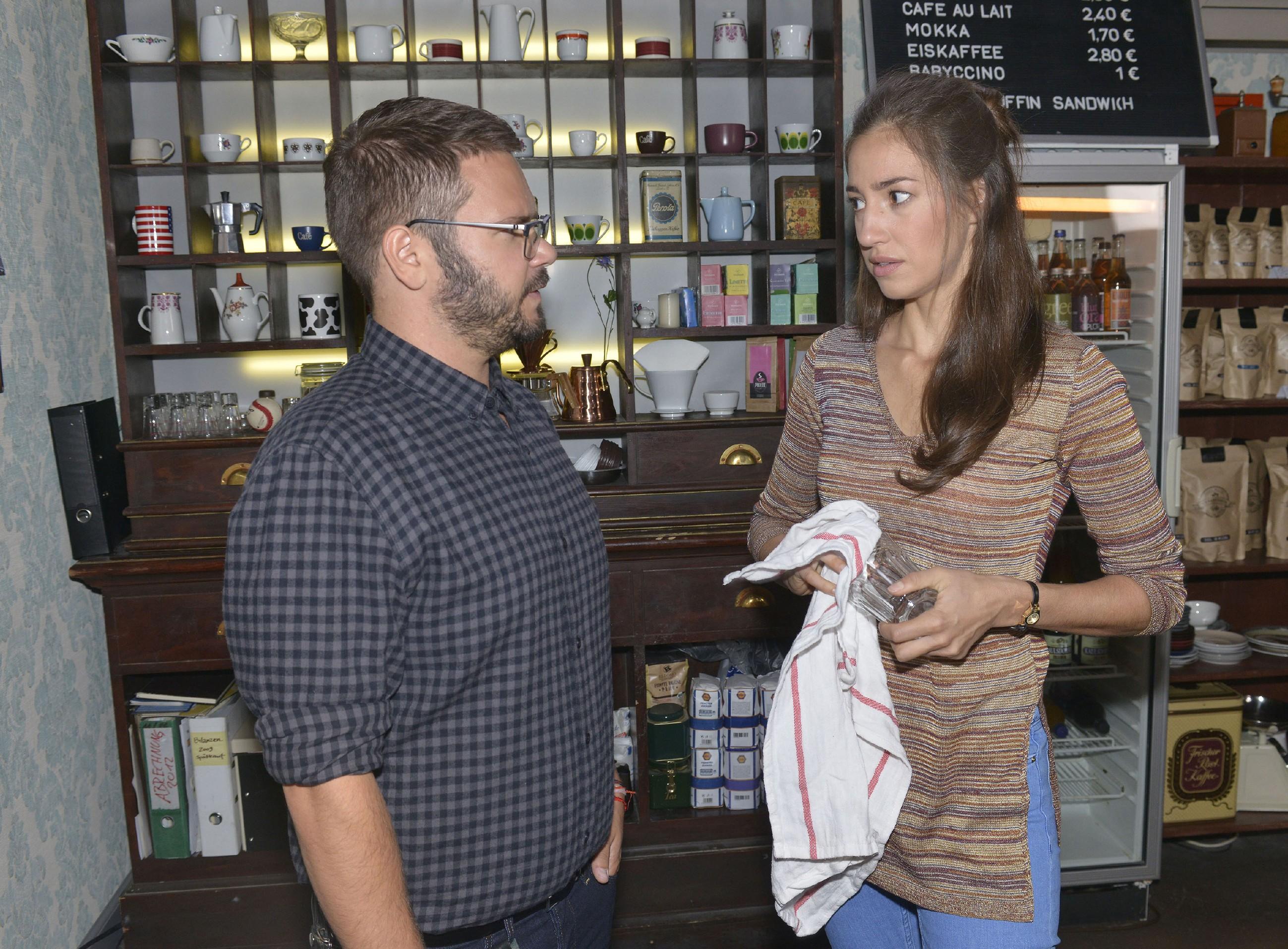 Elena (Elena Garcia Gerlach) kann Tuner (Thomas Drechsel) davon überzeugen, dass sie auf den richtigen Zeitpunkt warten will, um Philip zu beichten, dass sie hinter dem Identitätsdiebstahl steckt. (Quelle: RTL / Rolf Baumgartner)