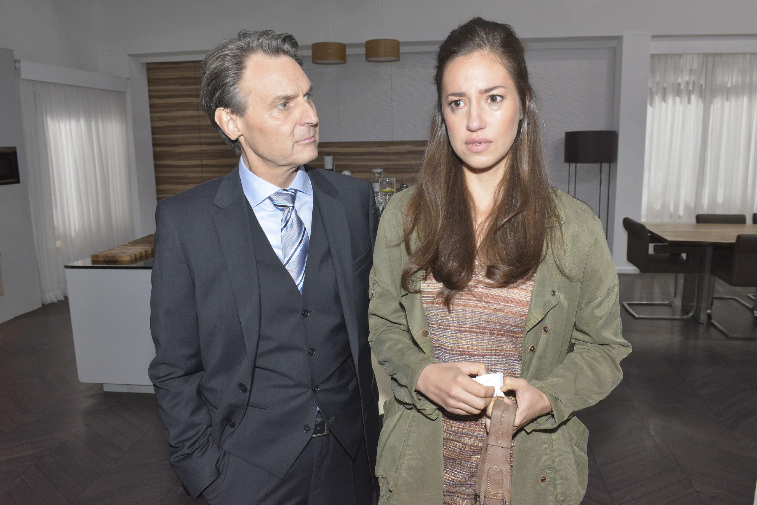 Gerner (Wolfgang Bahro) kann Elena (Elena Garcia Gerlach) keine große Hoffnung machen, aus der Geschichte mit Philip gut herauszukommen. (Quelle: RTL / Rolf Baumgartner)