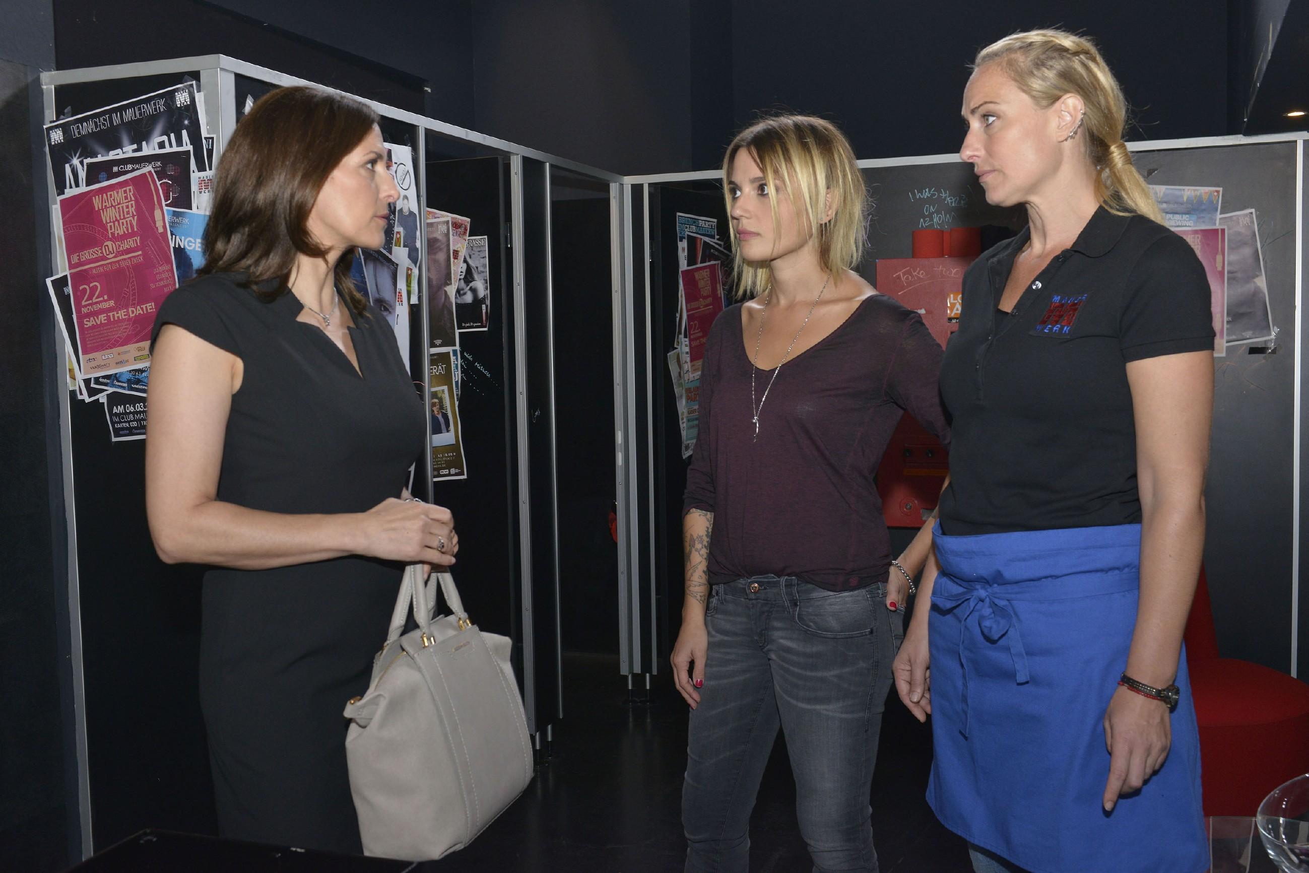 Katrin (Ulrike Frank, l.) erfährt durch Anni (Linda Marlen Runge, M.) und Maren (Eva Mona Rodekirchen), dass Gerner Katrin hinterrücks aus KFI drängen möchte. (Quelle: RTL / Rolf Baumgartner)