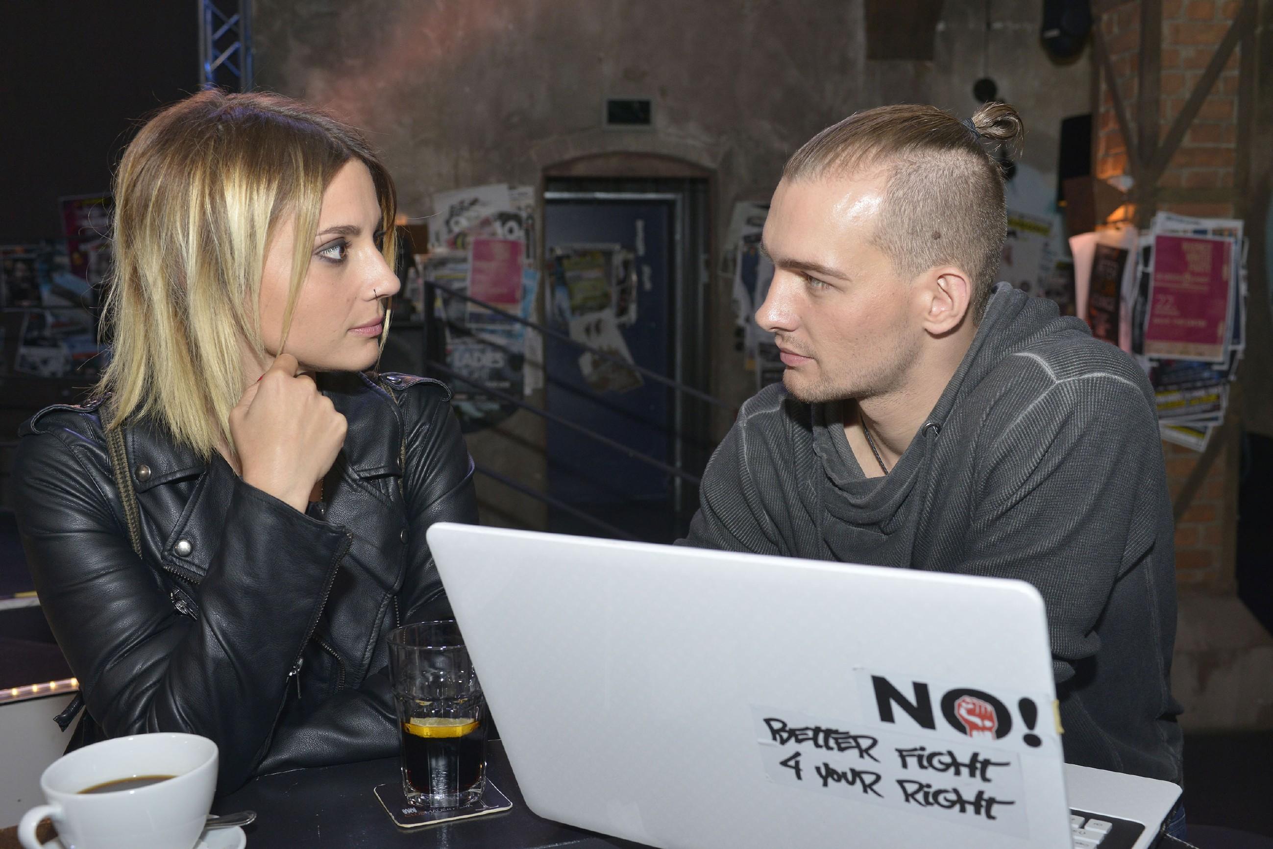 Bei dem Gespräch mit Chris (Eric Stehfest) beginnt Anni (Linda Marlen Runge) ihre Beziehung zu Rosa zu überdenken. (Quelle: RTL / Rolf Baumgartner)