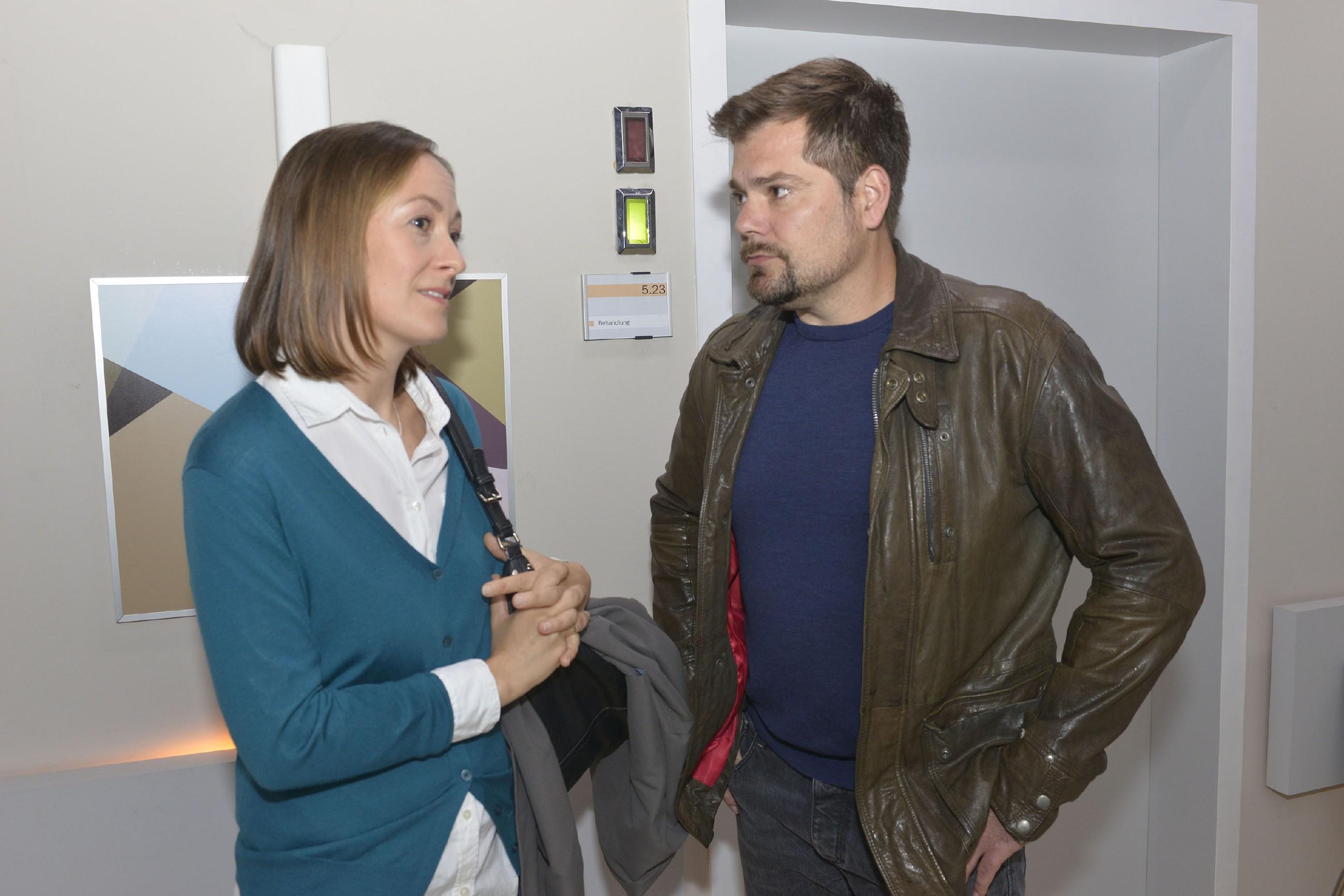 Leon (Daniel Fehlow) und Barbara Müller (Antje Thiel) hoffen, dass Sophie sich auf die Therapie einlassen wird. (Quelle: RTL / Rolf Baumgartner)