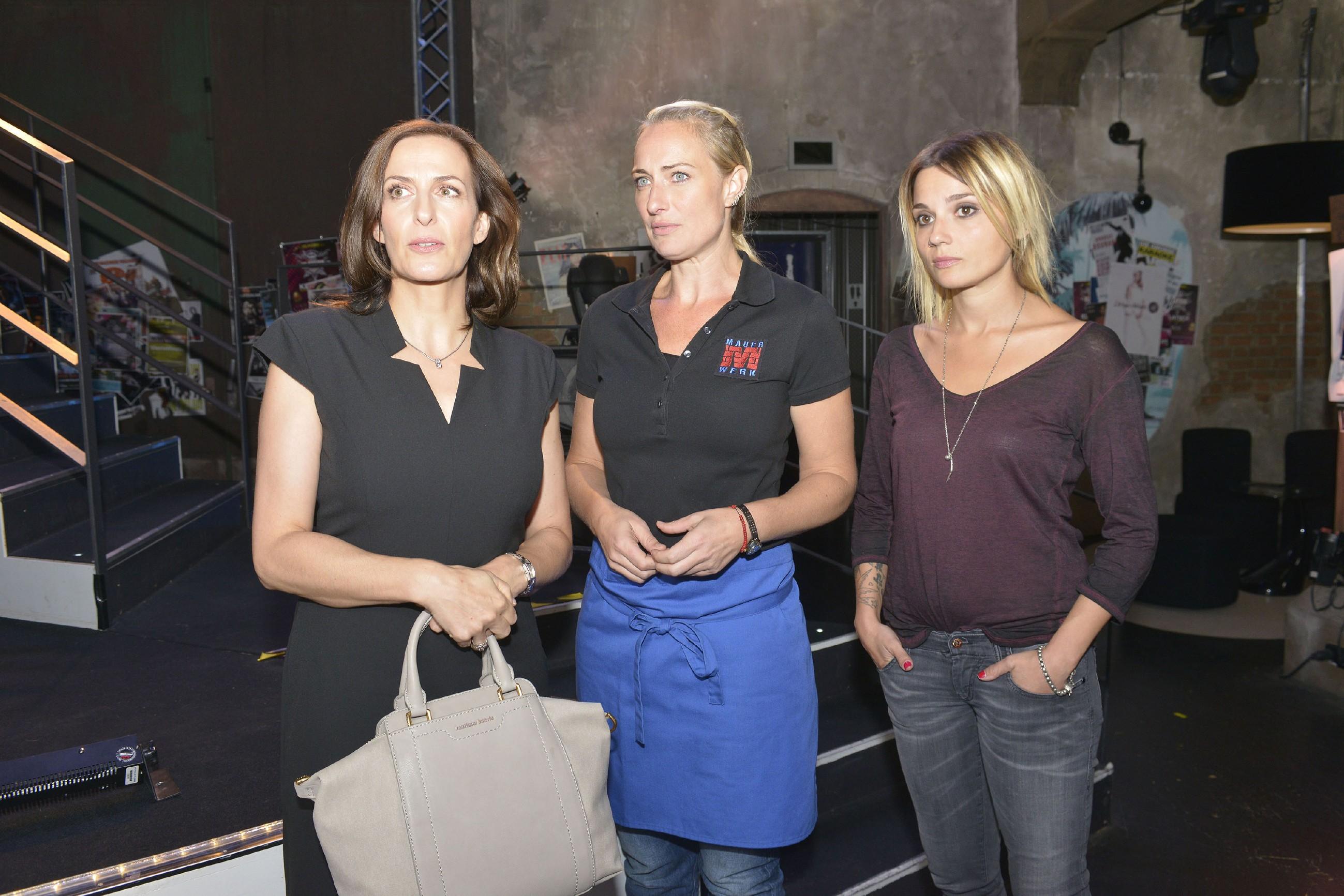Katrin (Ulrike Frank, l.), Maren (Eva Mona Rodekirchen, M.) und Anni (Linda Marlen Runge) erkennen, dass Gerner hinter Katrins Rücken Geschäfte macht. (Quelle: RTL / Rolf Baumgartner)