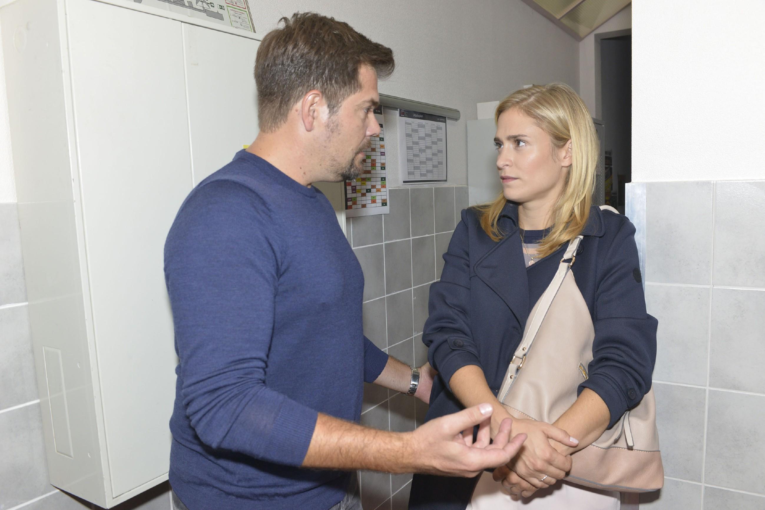 Leon (Daniel Fehlow) versucht Sophie (Lea Marlen Woitack) zu erklären, wie sehr er leidet, weil er ihr nicht helfen kann. (Quelle: RTL / Rolf Baumgartner)