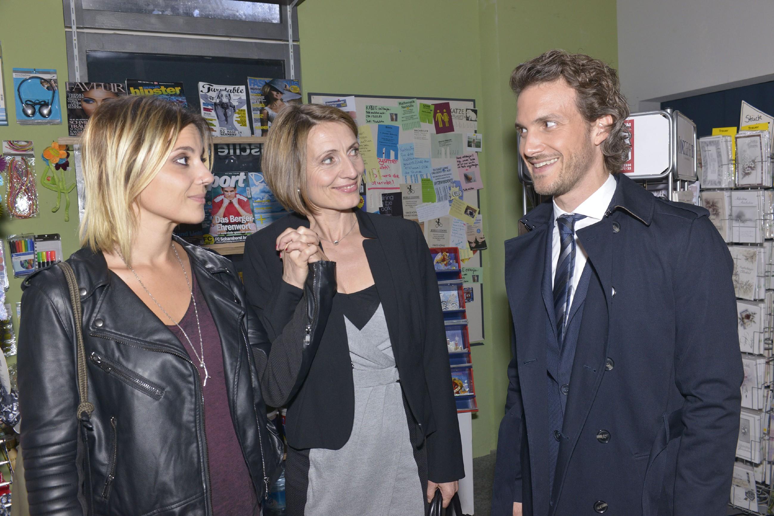 Zu Annis (Linda Marlen Runge, l.) Freude steht Rosa (Joana Schümer) souverän zu ihrer Beziehung und stellt sie prompt auch noch ihrem Sohn Felix (Thaddäus Meilinger) vor. (Quelle: RTL / Rolf Baumgartner)