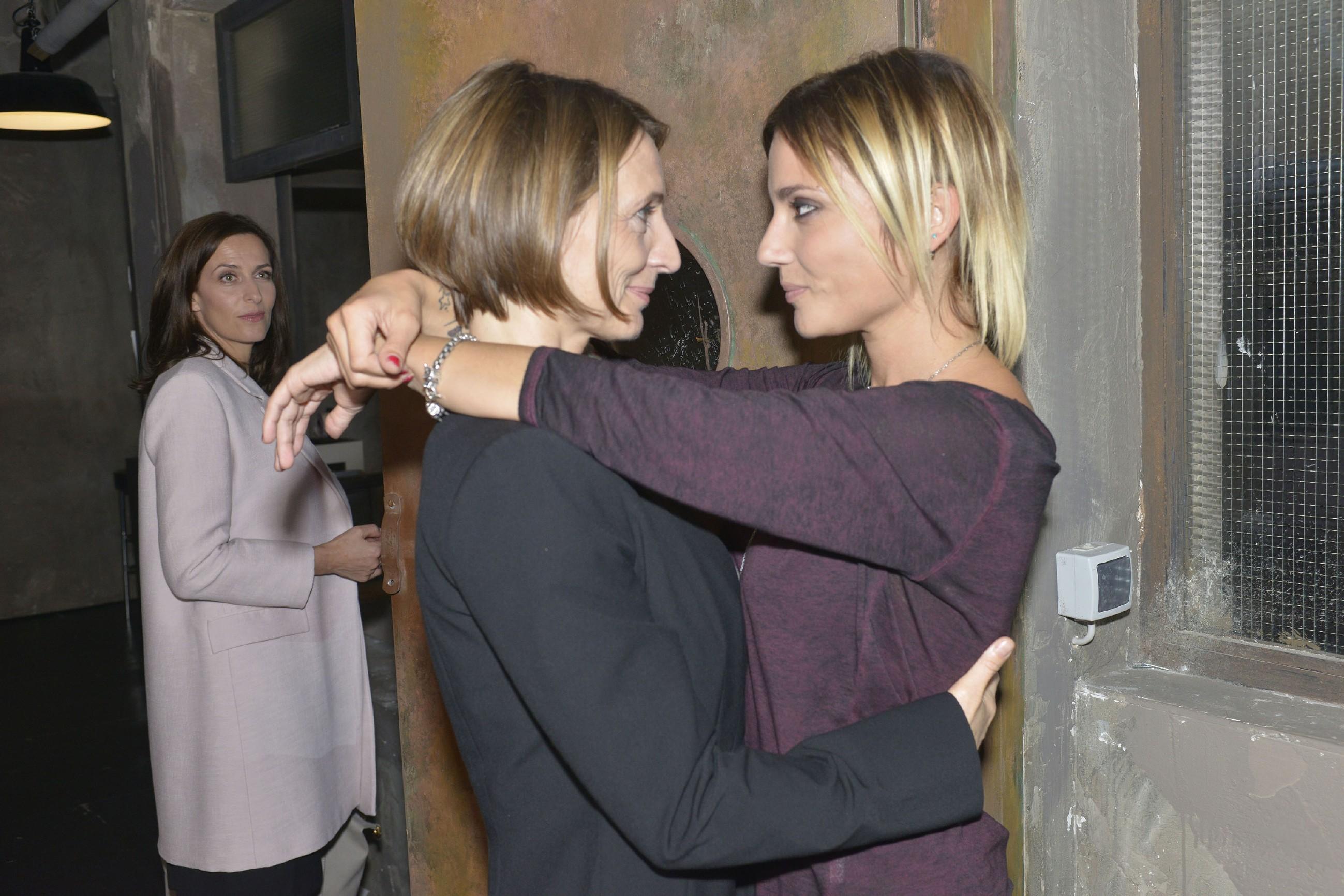 Katrin (Ulrike Frank, l.) wird auf Rosa (Joana Schümer, M.) und Anni (Linda Marlen Runge) als Paar aufmerksam, doch zu Annis Freude steht Rosa souverän zu ihrer Beziehung. (Quelle: RTL / Rolf Baumgartner)