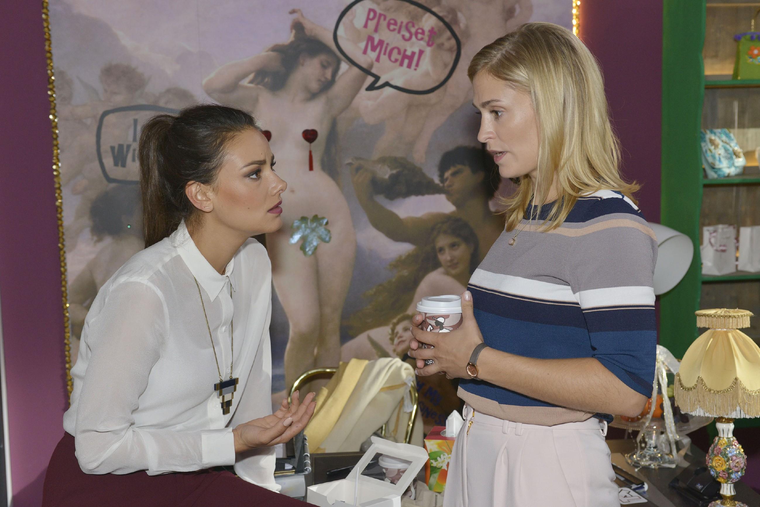 Auf Leons Bitte hin versucht Jasmin (Janina Uhse, l.) mit Sophie (Lea Marlen Woitack) zu reden, doch auch sie kann nicht zu Sophie durchdringen. (Quelle: RTL / Rolf Baumgartner)