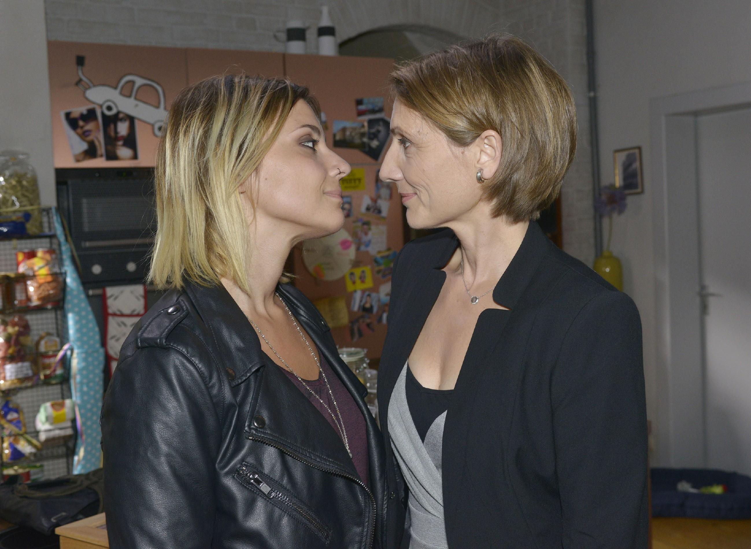Anni (Linda Marlen Runge, l.) fühlt sich immer wohler mit ihrer Entscheidung, sich auf Rosa (Joana Schümer) einzulassen. (Quelle: RTL / Rolf Baumgartner)