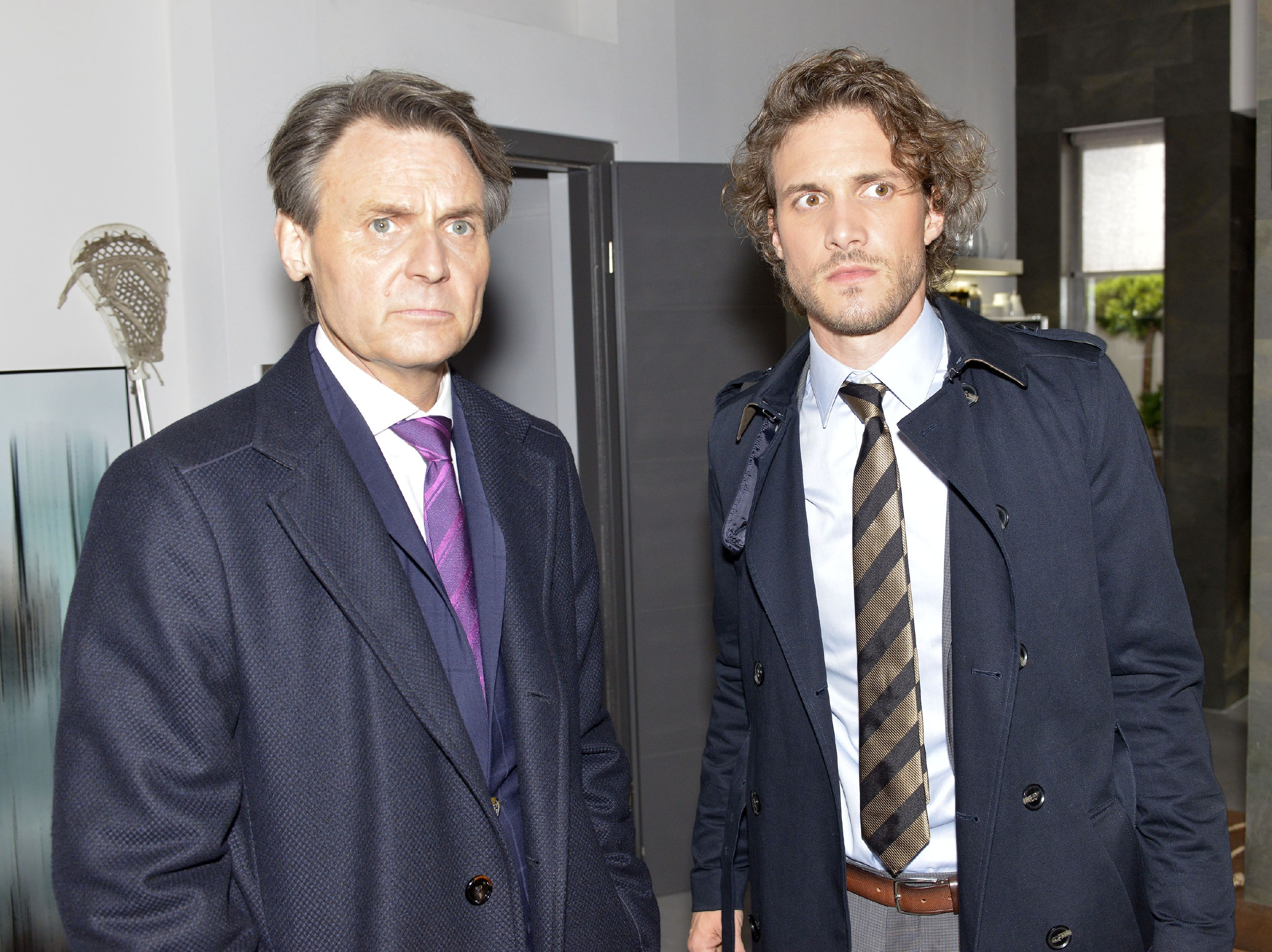 Gerner (Wolfgang Bahro, l.) und Felix (Thaddäus Meilinger) stellen geschockt fest, dass sich David befreien konnte und verschwunden ist... (Quelle: RTL / Rolf Baumgartner)