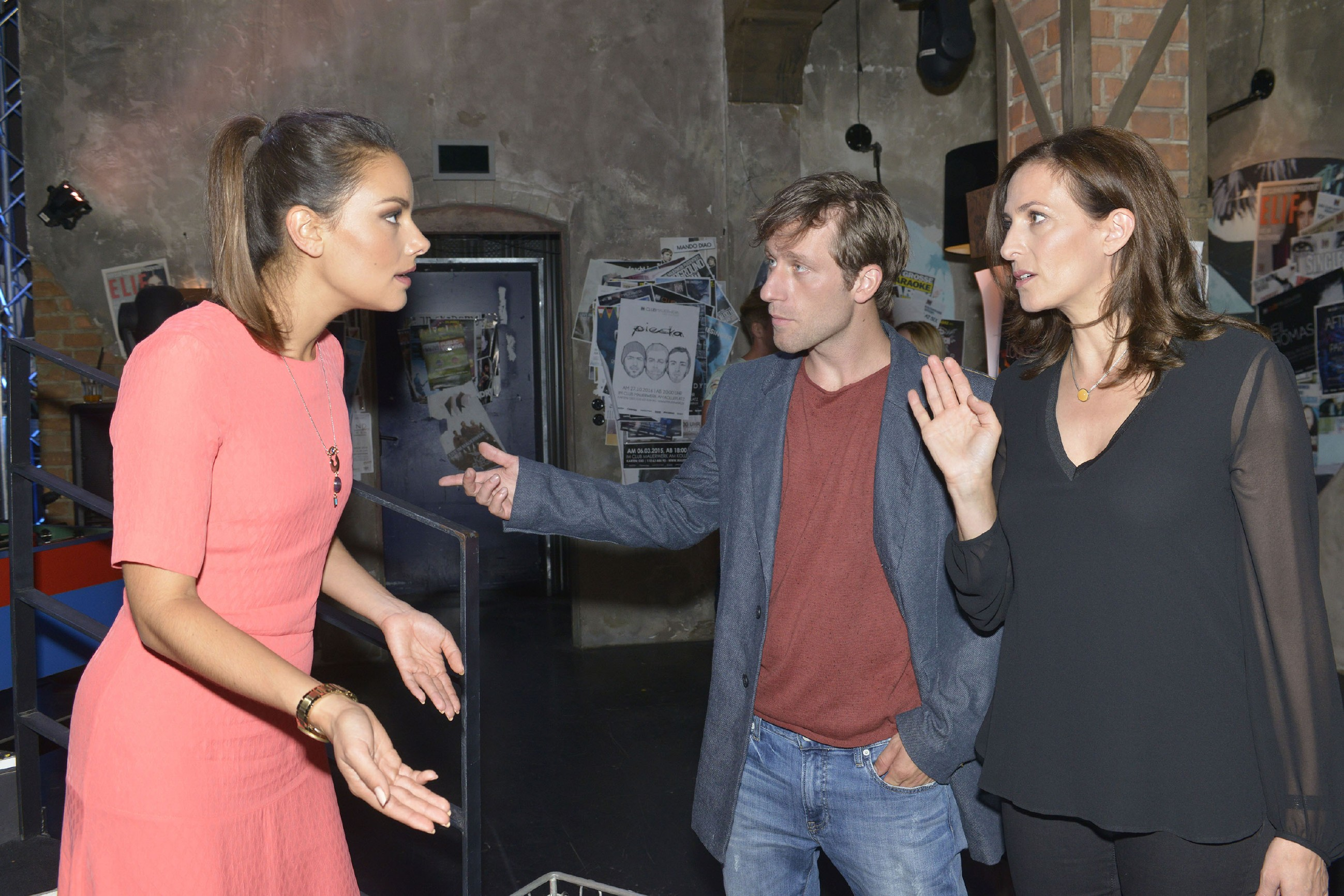 Katrin (Ulrike Frank, r.) versucht Jasmin (Janina Uhse) zu beruhigen, die nicht fassen kann, dass Bommel (Merlin Leonhardt) die Jacke mit dem Stick, auf dem sich ihre Frühjahrskollektion befindet, an Obdachlose gegeben hat. (Quelle: RTL / Rolf Baumgartner)