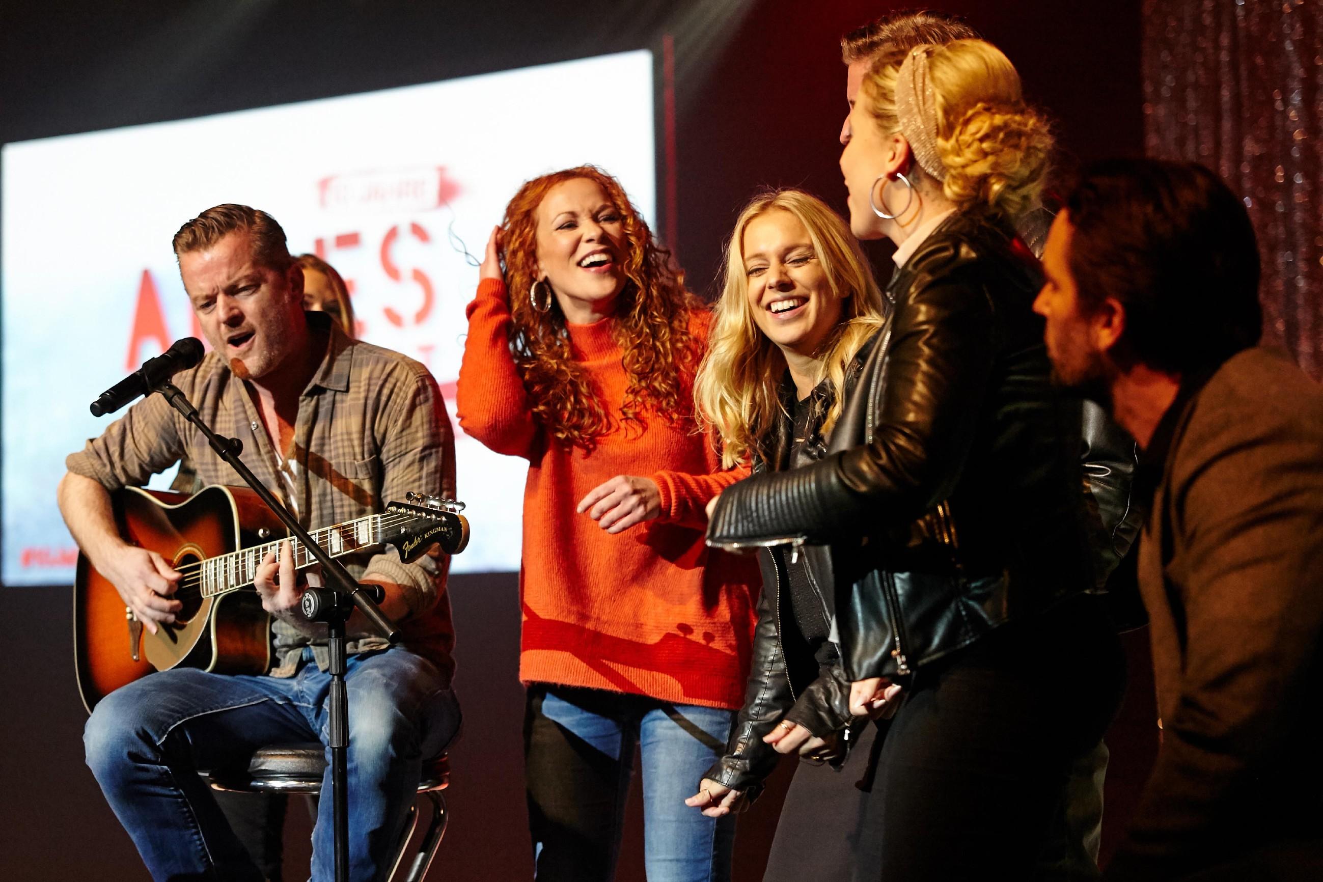 André Dietz, Madlen Kaniuth, Juliette Greco, Christina Klein und Daniel Brockhaus (v.l.) singen gemeinsam für ihre Fans.