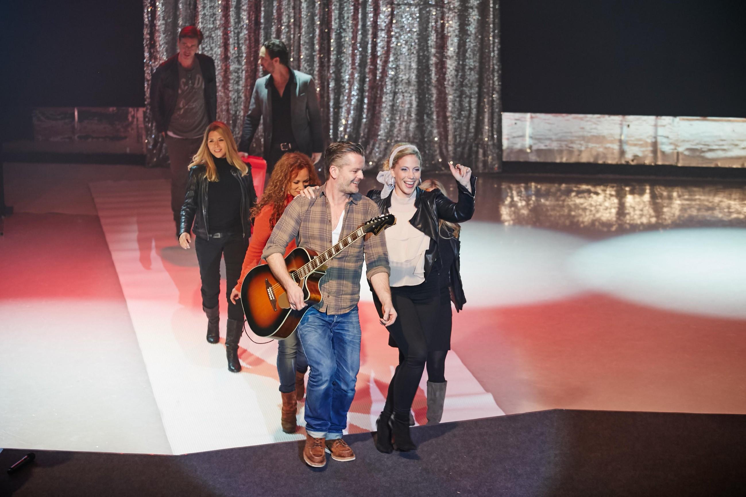 André Dietz (vorne l.) packte die Gitarre aus und ging in spontaner Begleitung seiner Schauspiel-Kollegen und Kolleginnen (v.l.) Lars Korten, Tanja Szewczenko, Madlen Kaniuth, Daniel Brockhaus, Christina Klein und Juliette Greco (verdeckt) auf die Bühne.