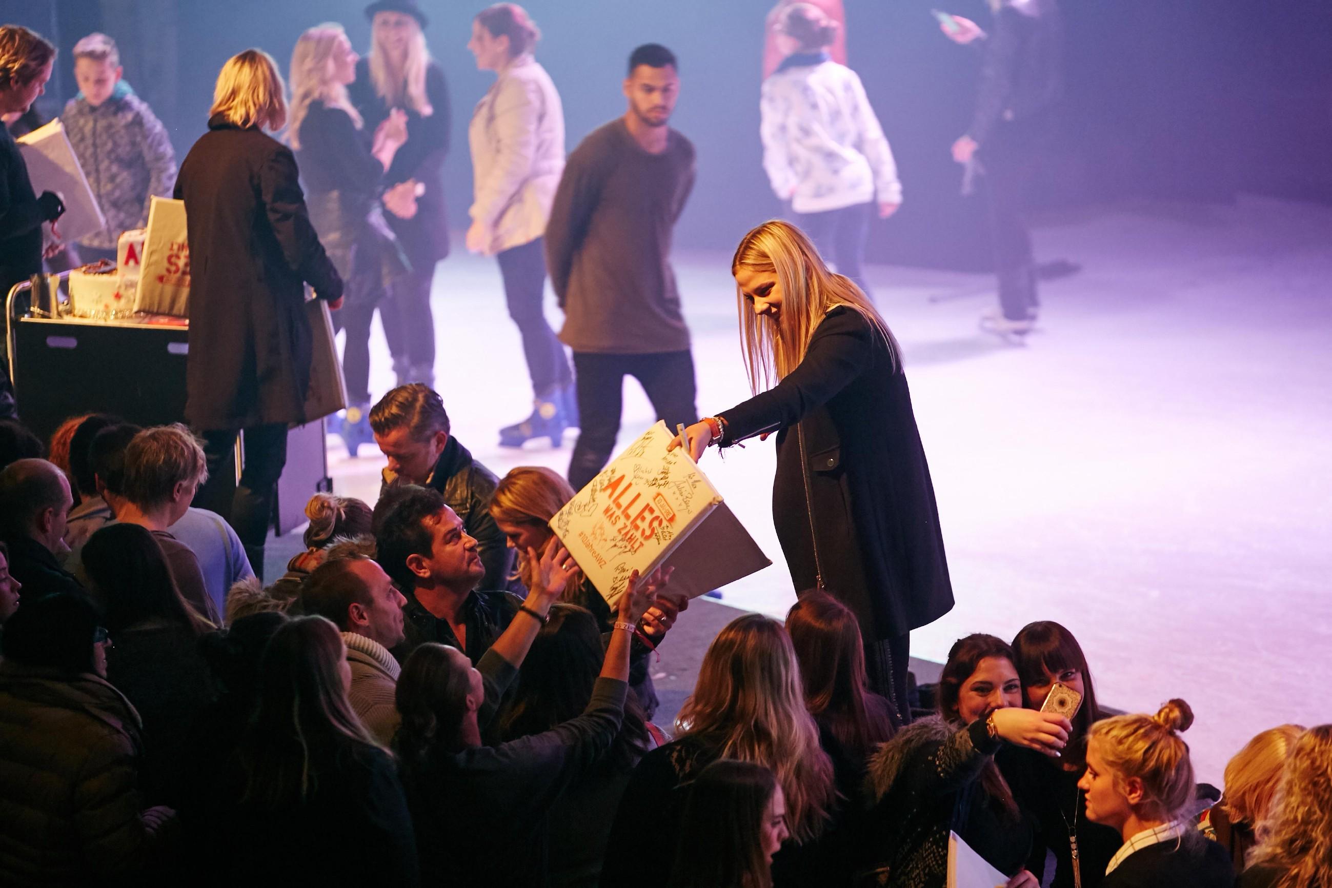 Cheyenne Pahde (M.) verteilt Autogramme an die Fans.