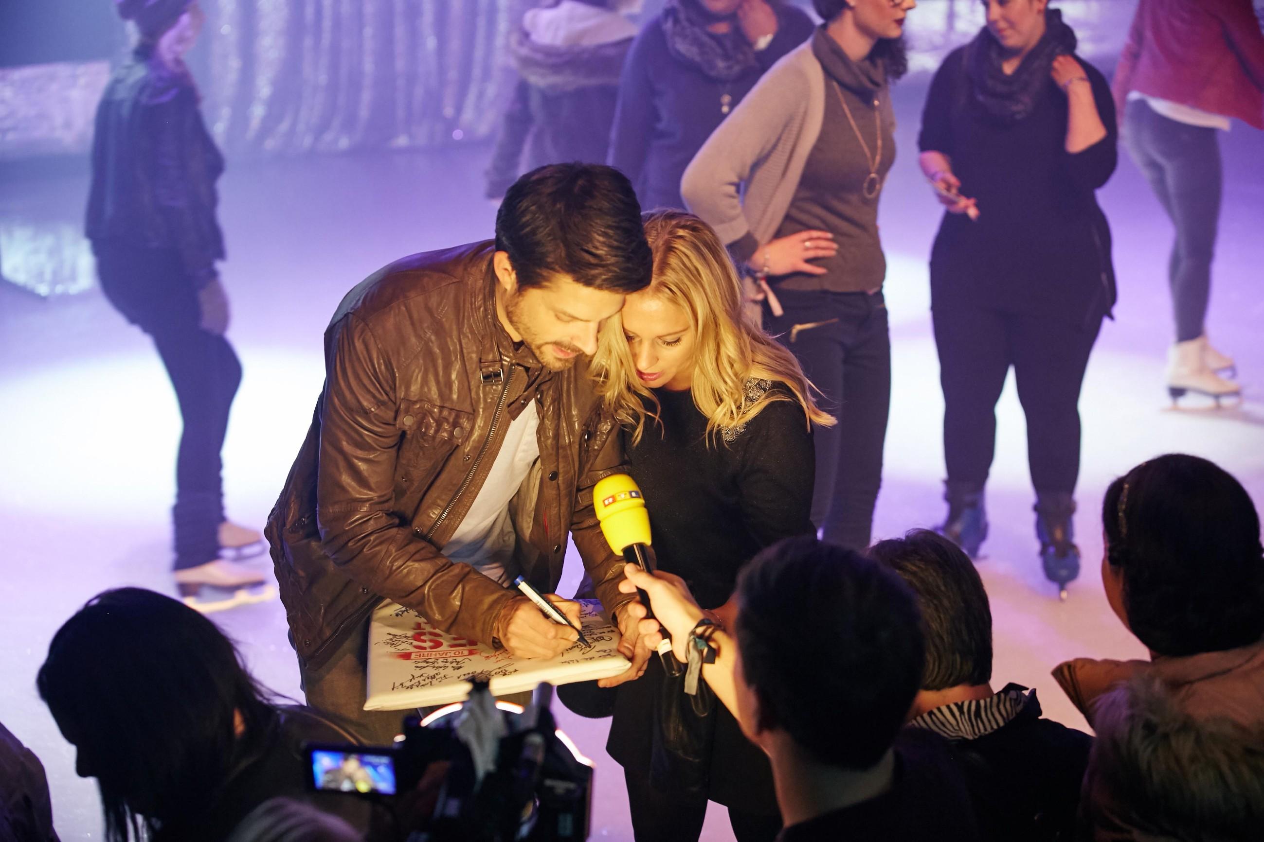 Daniel Buder und Juliette Greco verteilen Autogramme an die Fans.