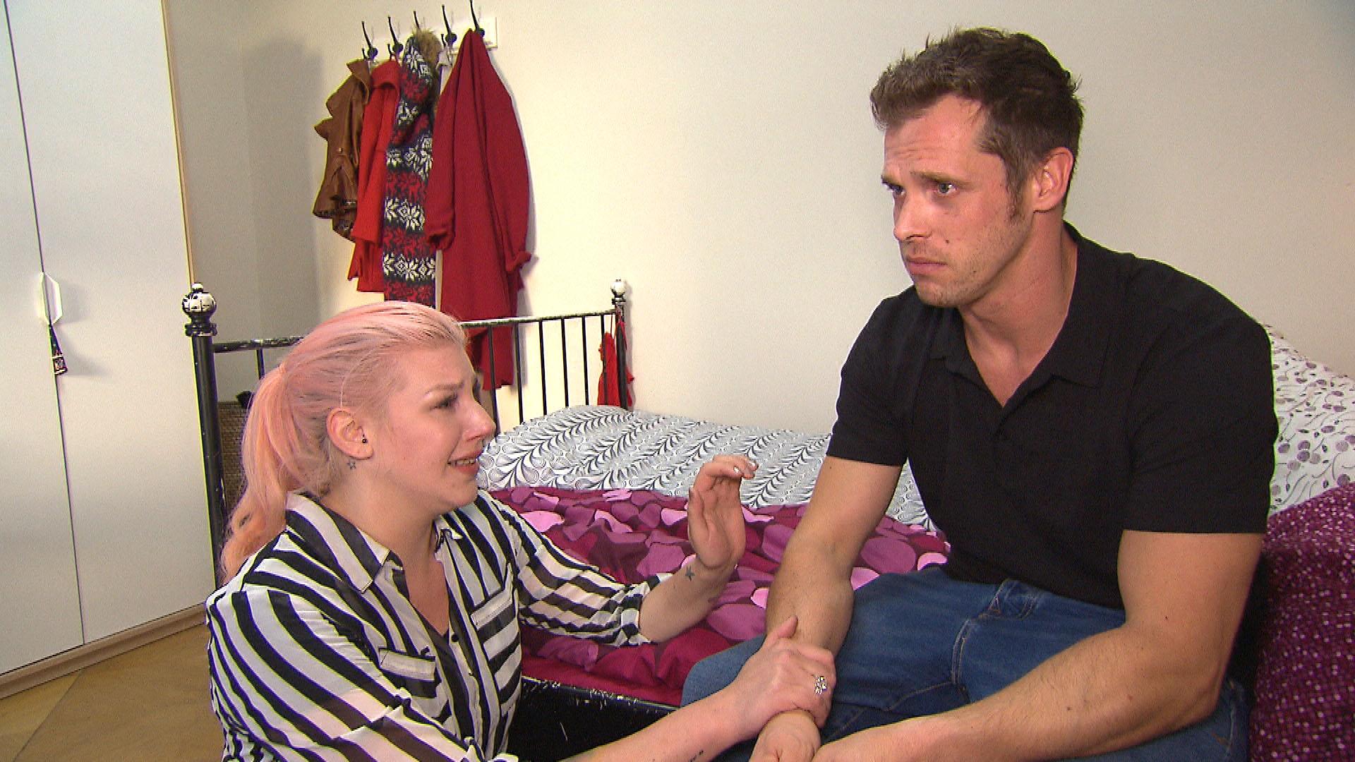 Basti (re.) kehrt niedergeschlagen zu Paula (li.) zurück. Sie schwört, dass sie nicht mit David geschlafen hat und dessen Brief eine Lüge war. (Quelle: RTL 2)