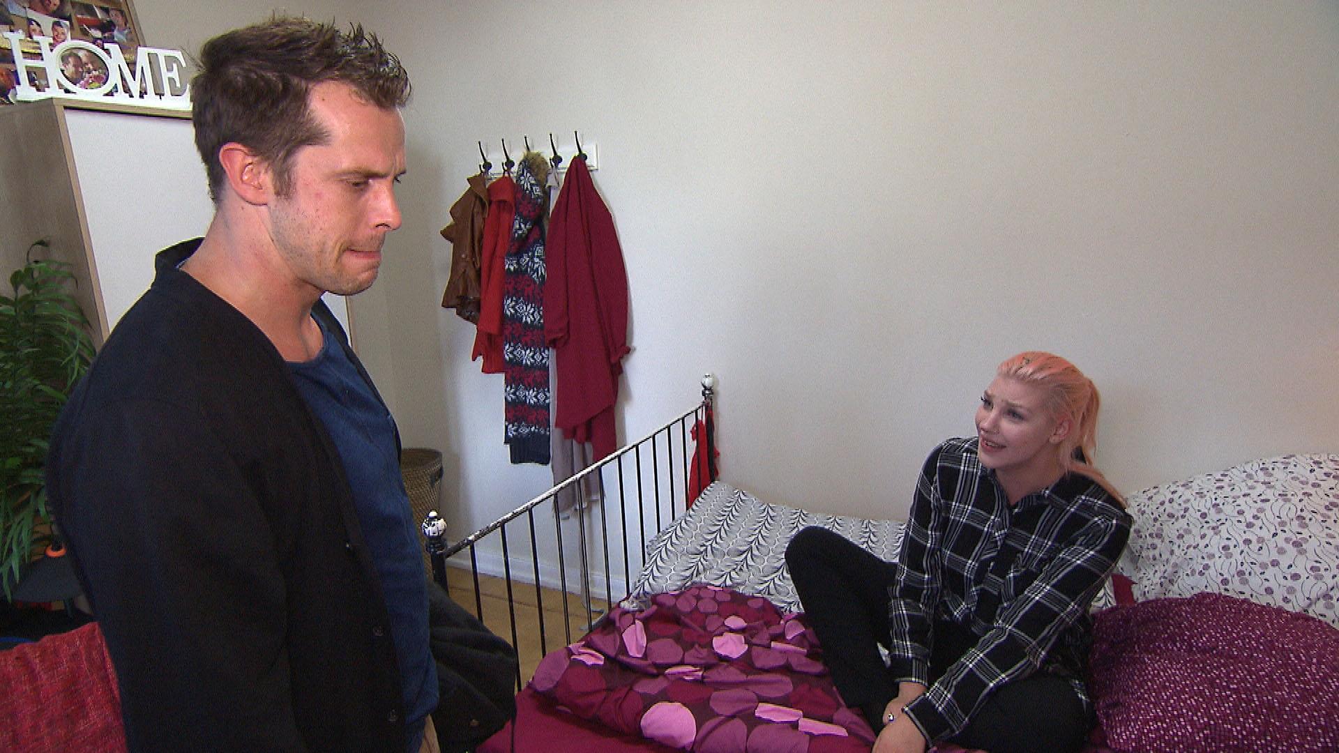 Paula ist völlig aufgelöst und wirft Basti verletzt raus, als er sie um eine Aussprache bittet. (Quelle: RTL 2)