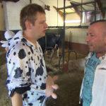 Ole (li.) muss für einen Kollegen einspringen und auf einem Bauernhof im Kuhkostüm Flyer verteilen, was in der WG für allgemeine Heiterkeit sorgt. Tatsächlich entpuppt sich der Job zunächst als pure Hölle, doch dann hat Ole eine Geschäftsidee. (Foto re.: Fabrizio) (Quelle: RTL 2)
