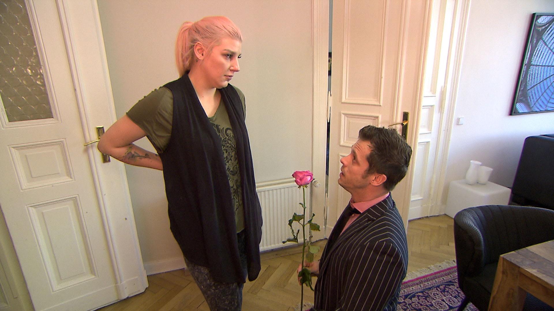 Basti (li.) hat eine Idee, wie er Paula (re.) seine Liebe beweisen kann, um sich wieder mit ihr zu versöhnen. Er startet eine Riesenaktion und spannt dafür Joe und all seine Mitbewohner ein. (Quelle: RTL 2)