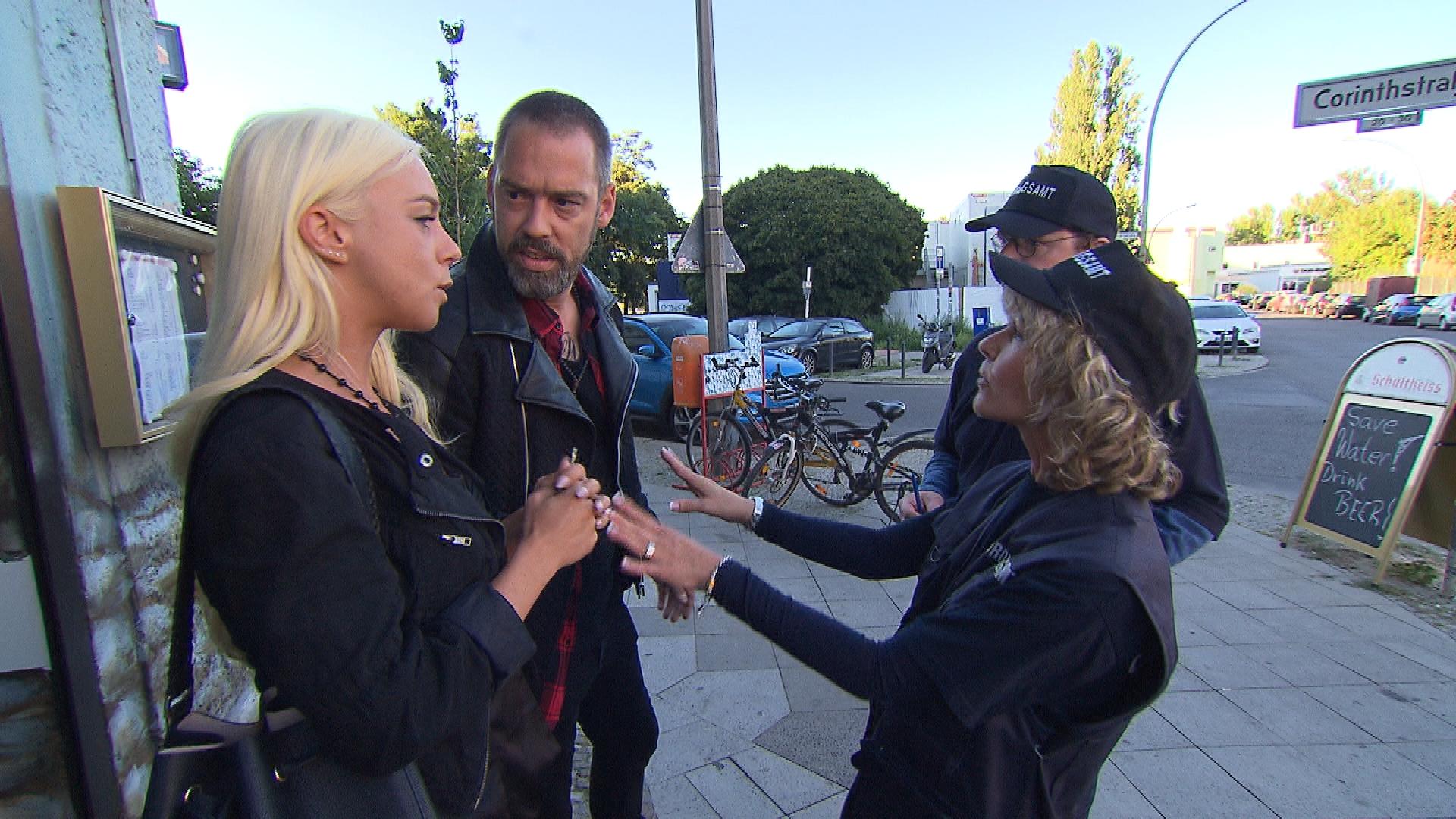 Peggy (li.) gerät in eine unangenehme Situation, als sie sich von Theo (2ter li.) zu einem Schäferstündchen auf offener Straße überreden lässt und die beiden prompt von der Polizei erwischt werden. (Quelle: RTL 2)
