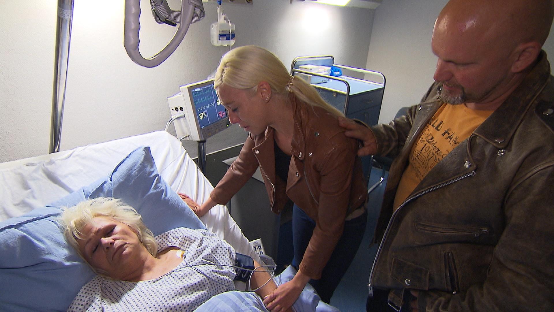 Inge (li.) liegt im Krankenhaus. Peggy (mi.) und Joe (re.) machen sich große Sorgen... (Quelle: RTL 2)