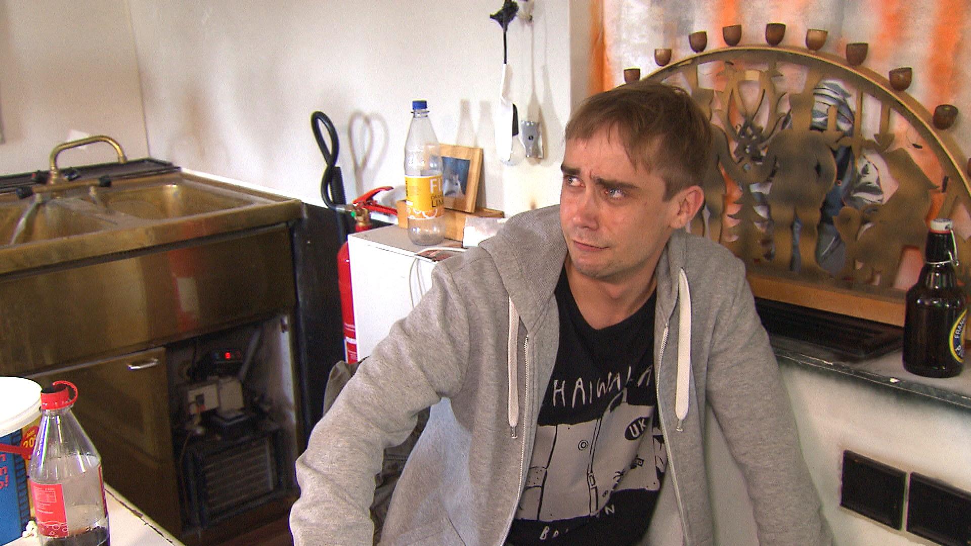 Schmidti (Bild) ist schockiert, als Elifs Vater und Fatih ihn dazu drängen, sich vor der Hochzeit beschneiden zu lassen. (Quelle: RTL 2)