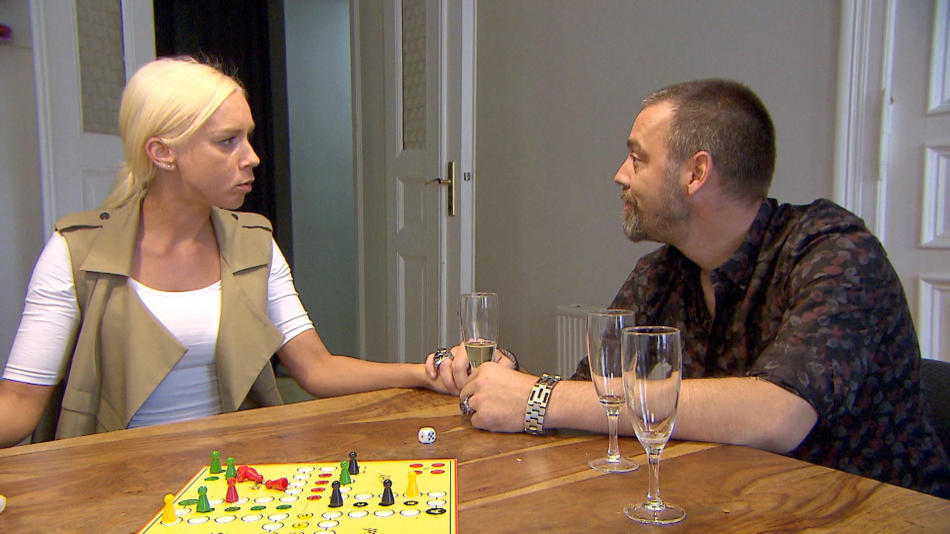 Theo (re.) setzt zu, dass Peggy (li.) und Joe offenbar eine stärkere Bindung zueinander haben als Peggy und er selbst. (Quelle: RTL 2)